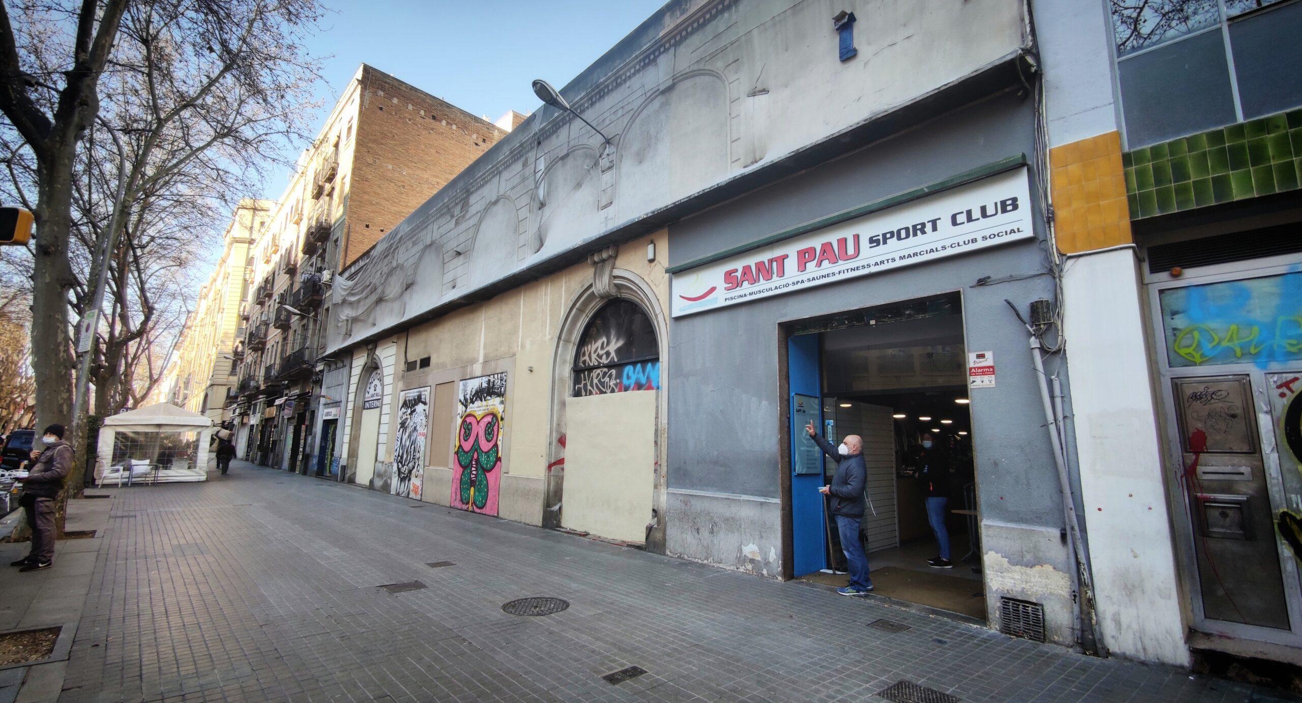 La porta del gimnàs Sant Pau, al costat d'on han ruixat amb benzina una persona sense llar / D.C.