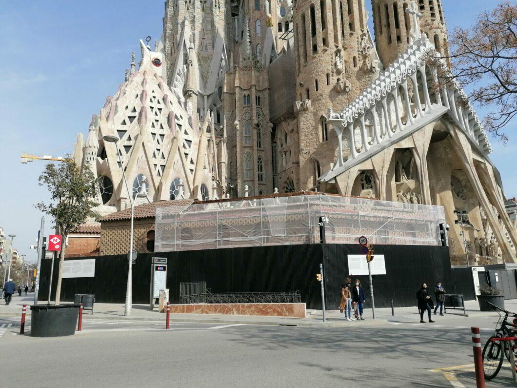 La Sagrada Família enderroca l'edifici parroquial del carrer Sardenya / MMP