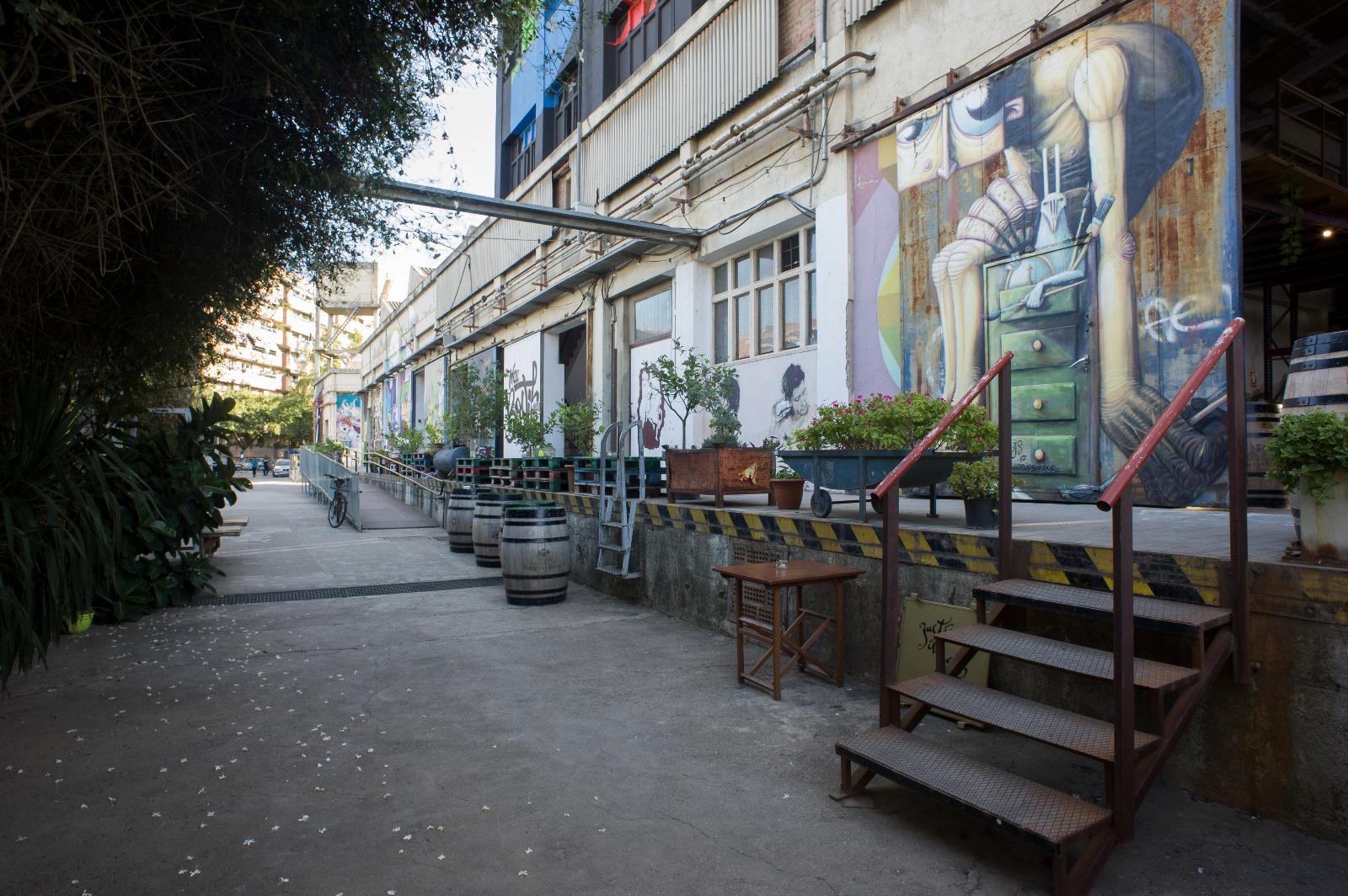 Els murals de colors decoren l'exterior de la Nau Bostik / Cristina Raso