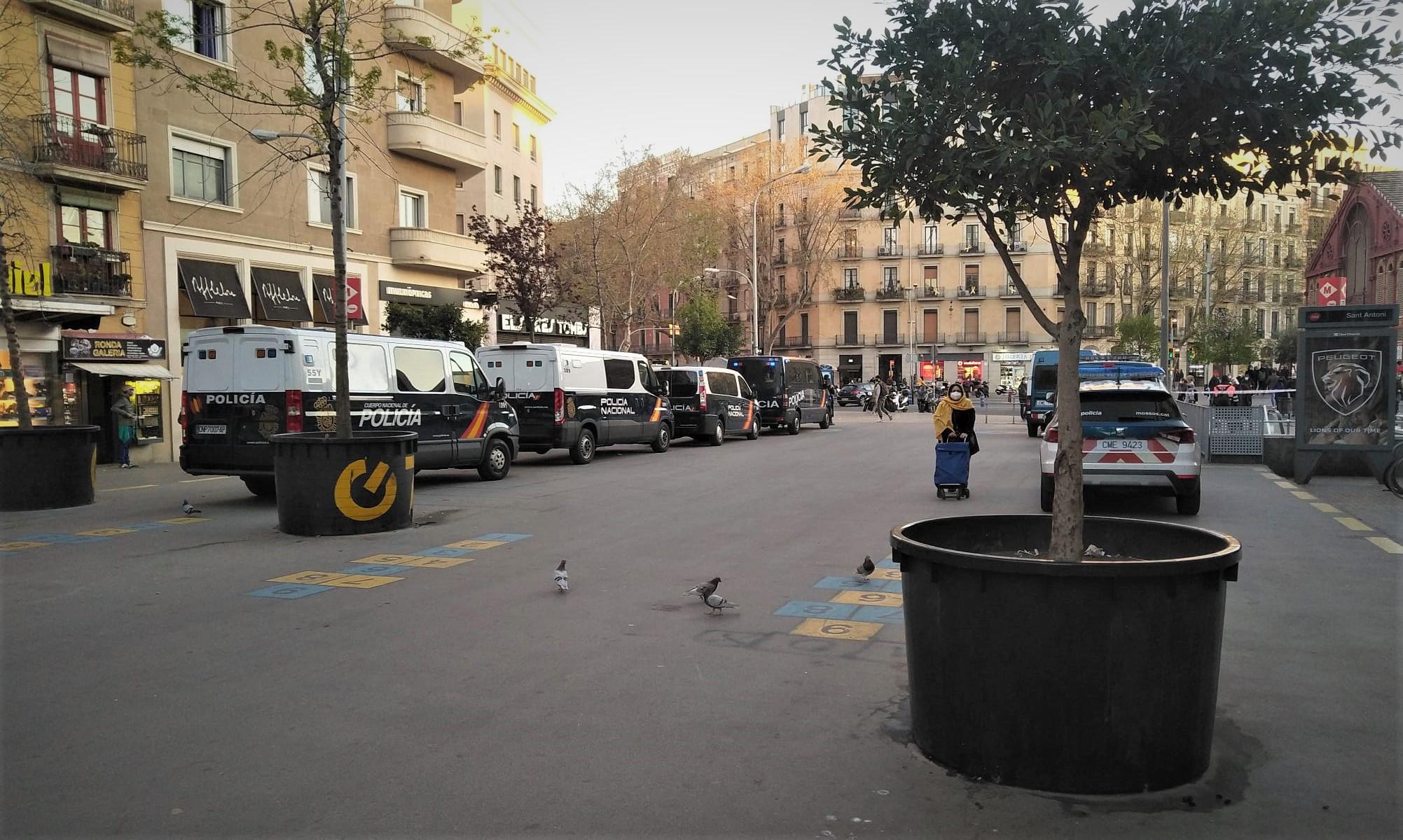 El dispositiu policial establert a tocar del Mercat de Sant Antoni, ahir a la tarda / Quico Sallés