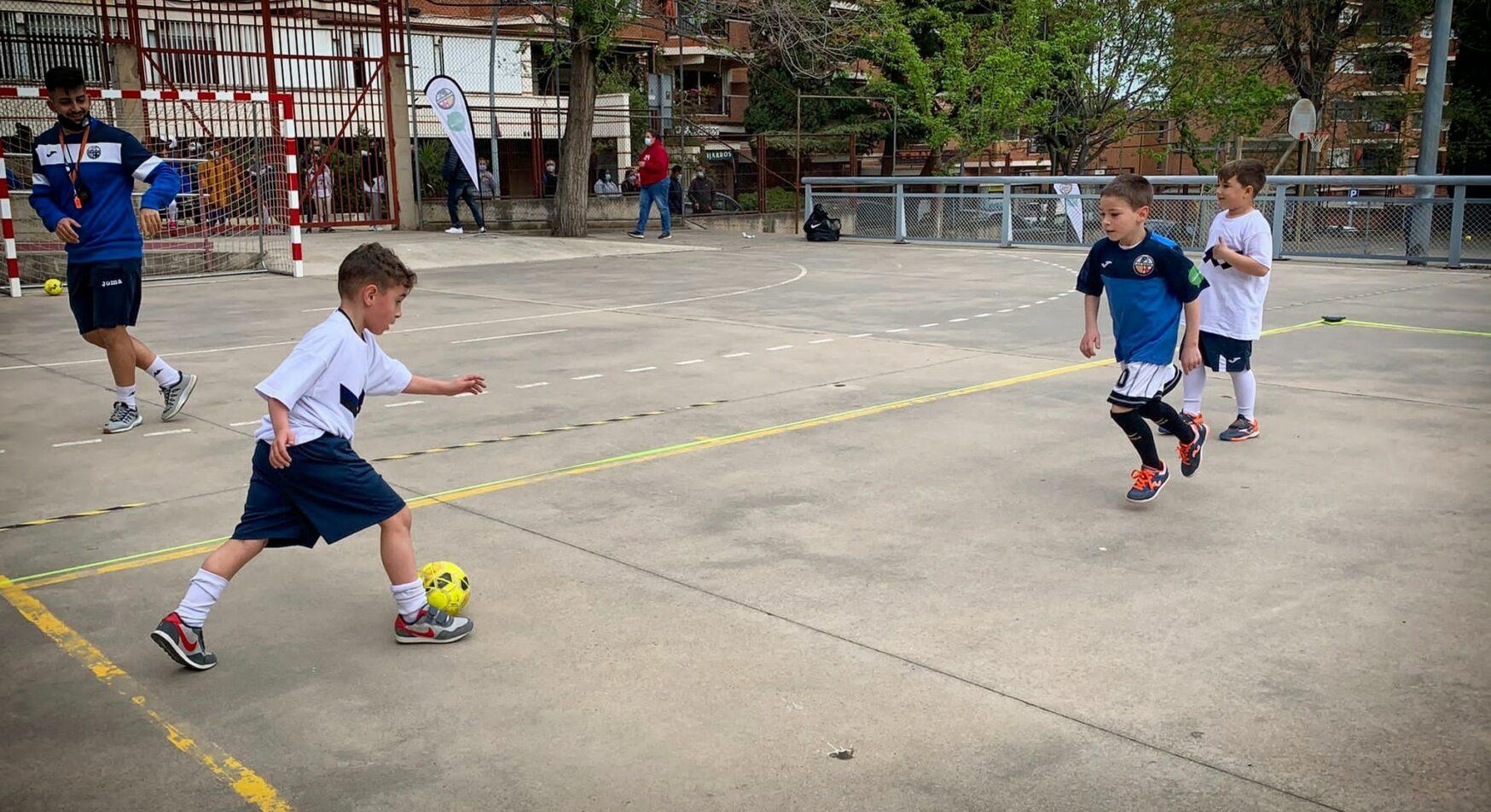 La canalla de l'associació esportiva Babar jugant a futbol sala, fa pocs dies / Cedida
