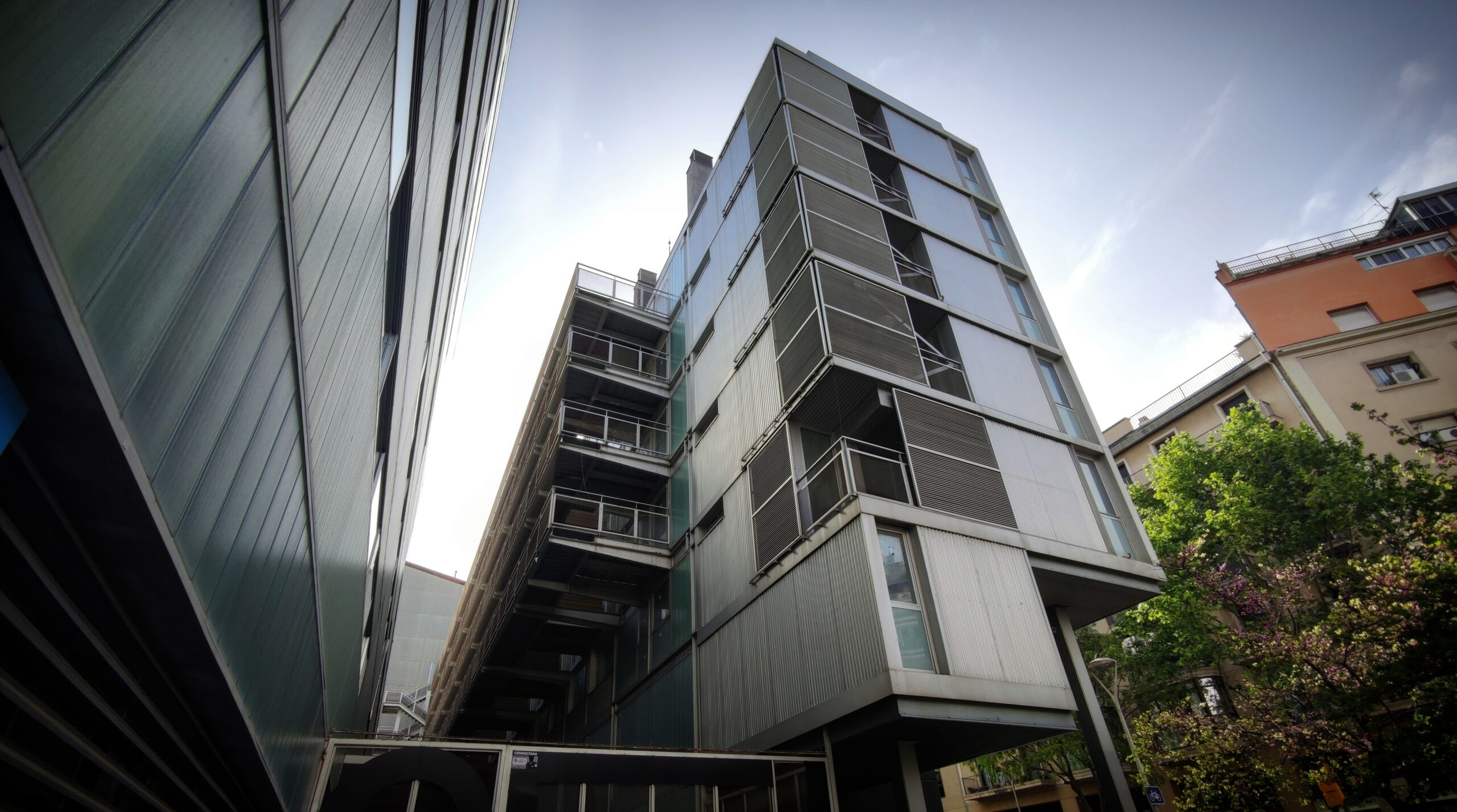L'edifici buit del carrer Londres, entre l'escola Marlloca i l'escola bressol Londres / D.C.