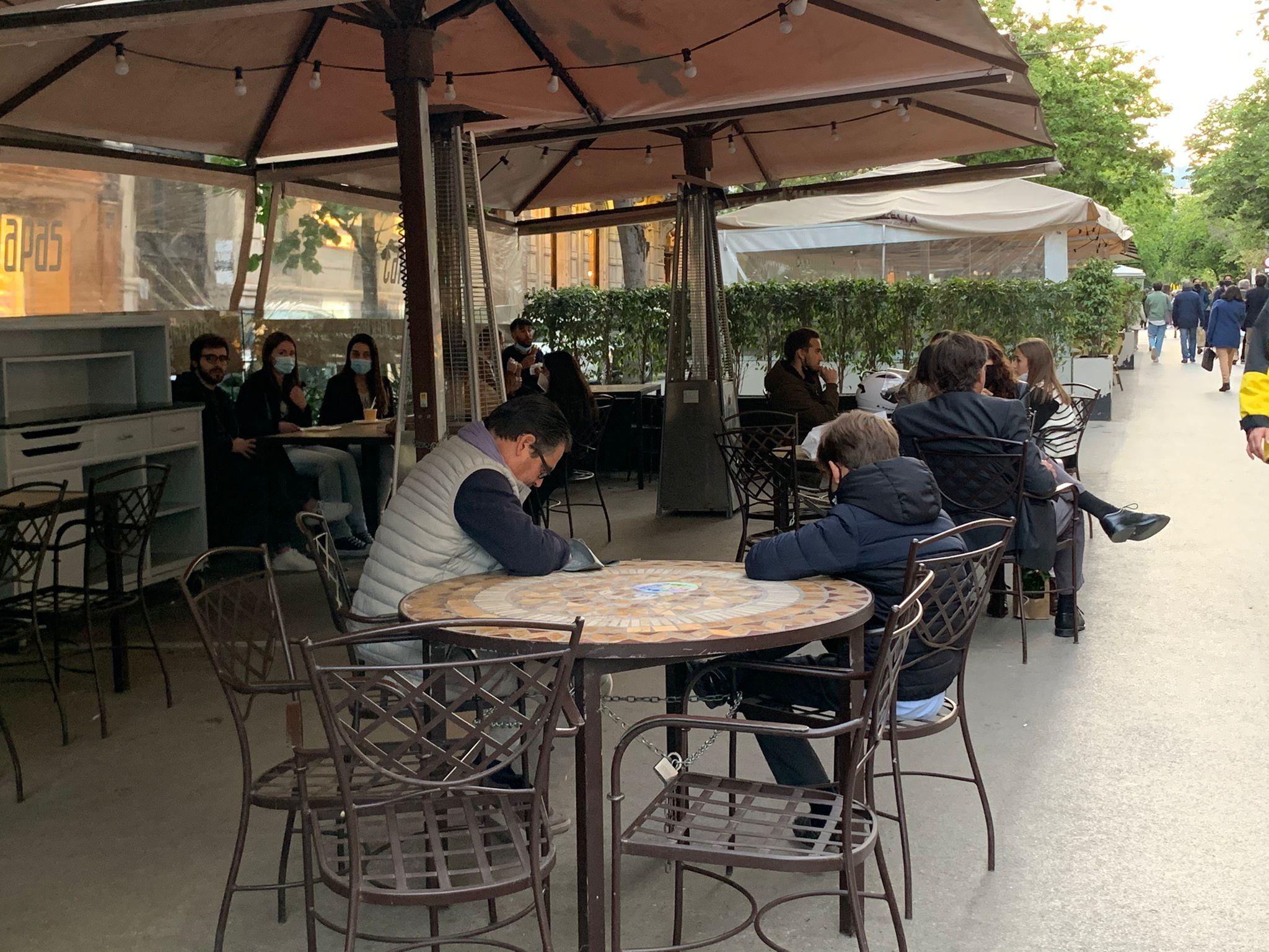 Terrasses plenes tot i el tancament de bars i restaurants / S. B.