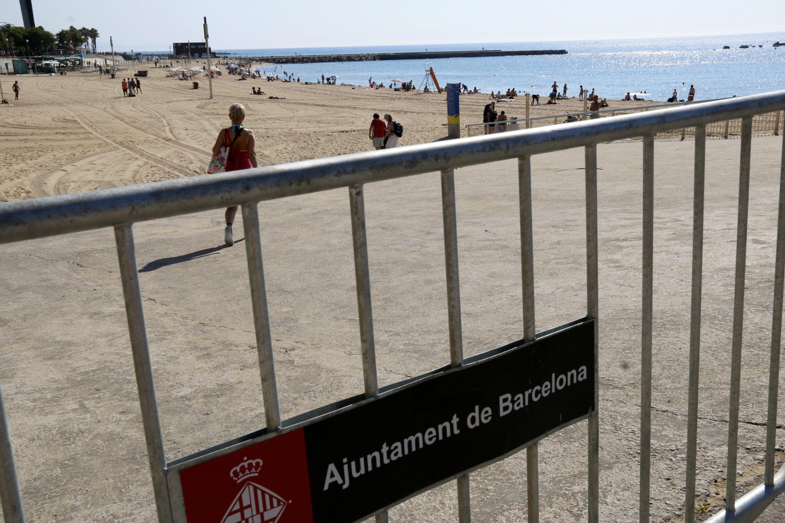 Tanca de l'Ajuntament de Barcelona amb platja de fons / ACN