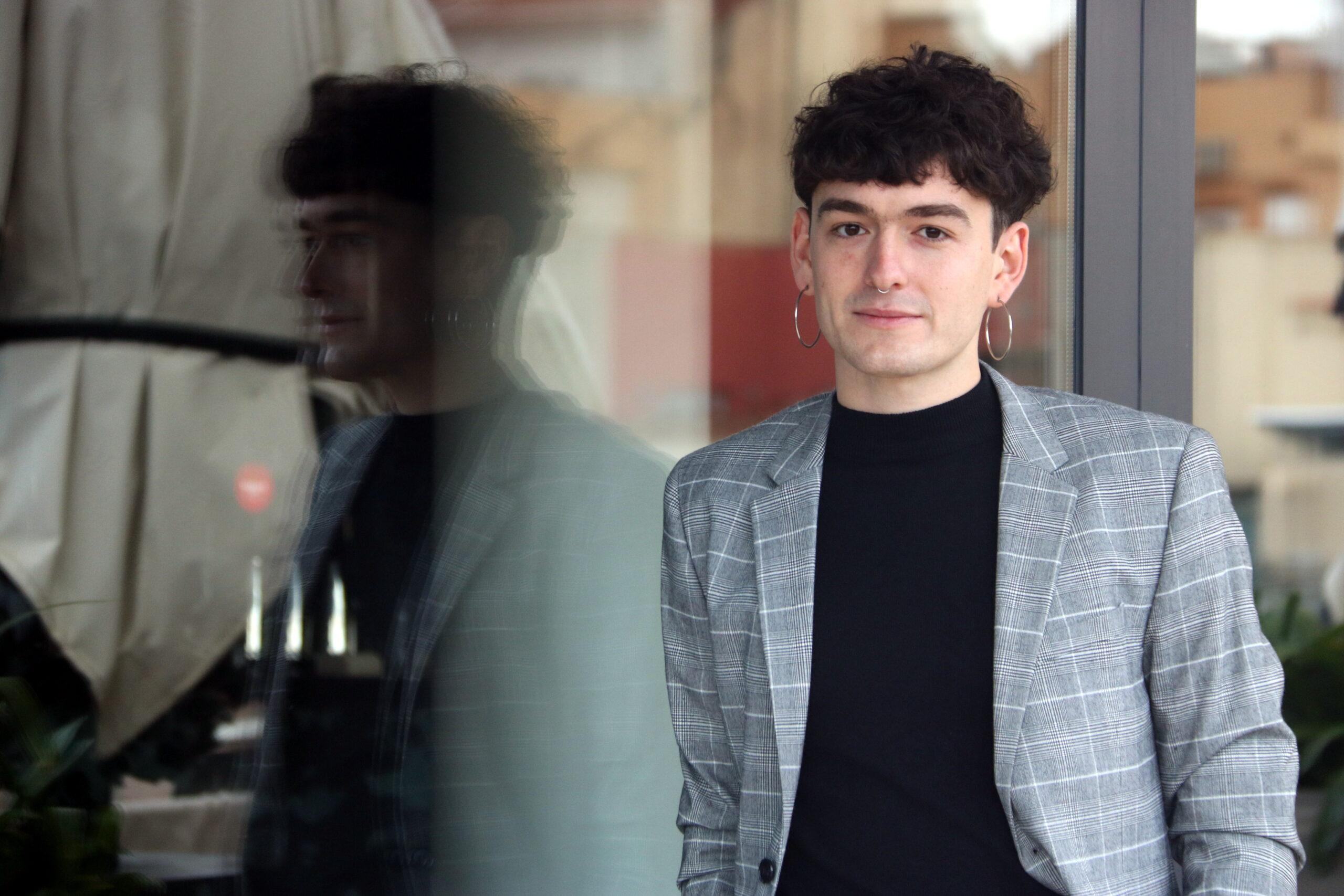 Pol Guasch, guanyador del 6è Premi Llibres Anagrama de Novel·la amb l'obra 'Napalm al cor', a la terrassa de l'Hotel Condes de Barcelona / ACN
