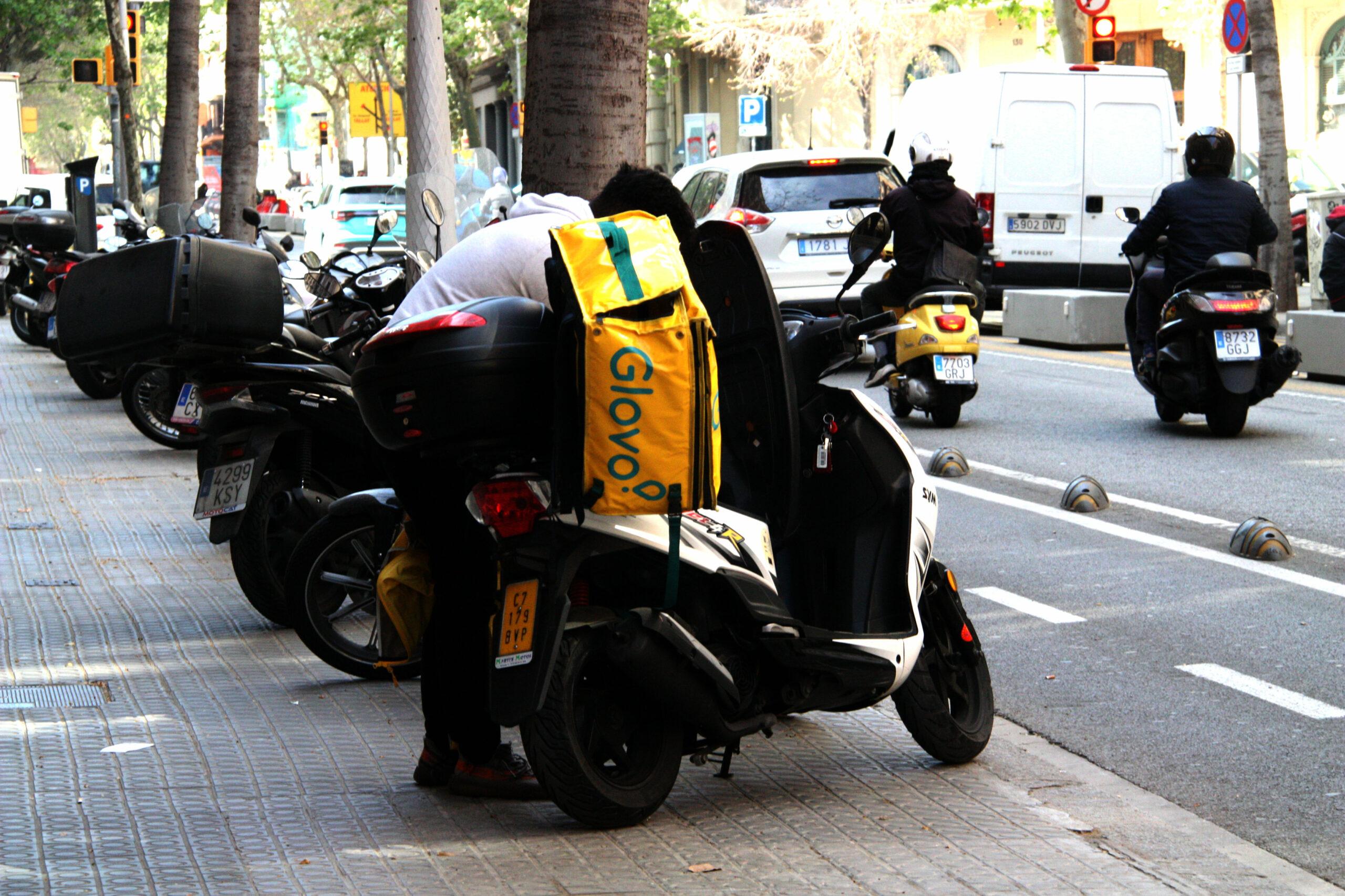 Un rider es prepara per entregar una comanda en moto a Barcelona / ACN