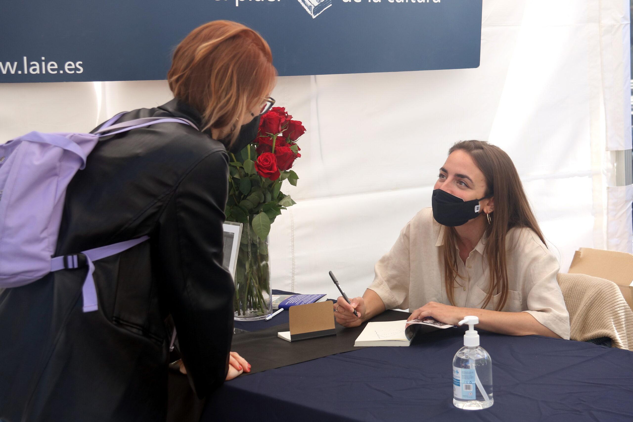 L'escriptora Irene Solà signa exemplars del seu llibre 'Canto jo i la muntanya balla' a la parada de la llibreria Laie a Passeig de Gràcia / ACN