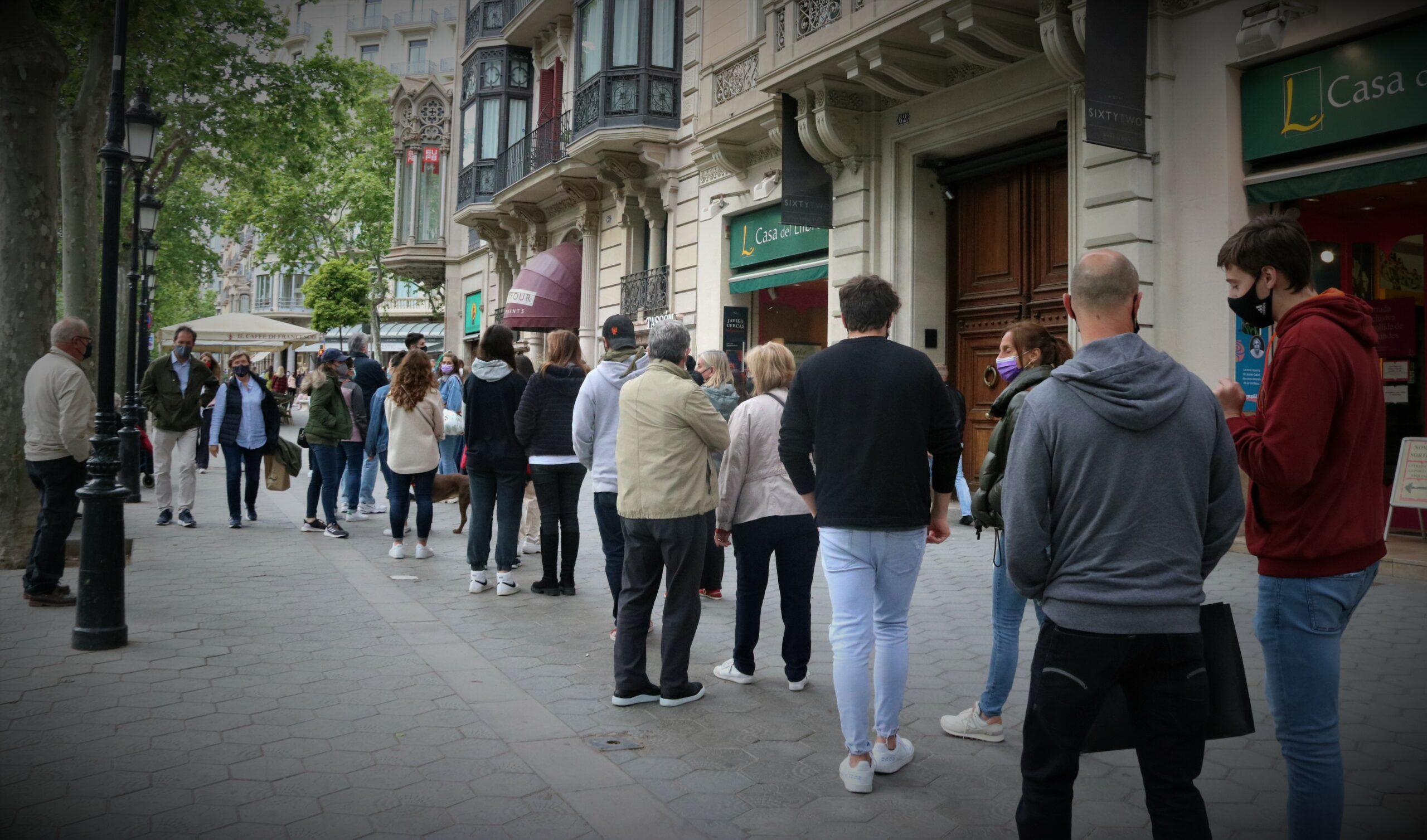 La cua d'aquest dissabte a la Casa del Llibre, al passeig de Gràcia / Carola López (ACN)