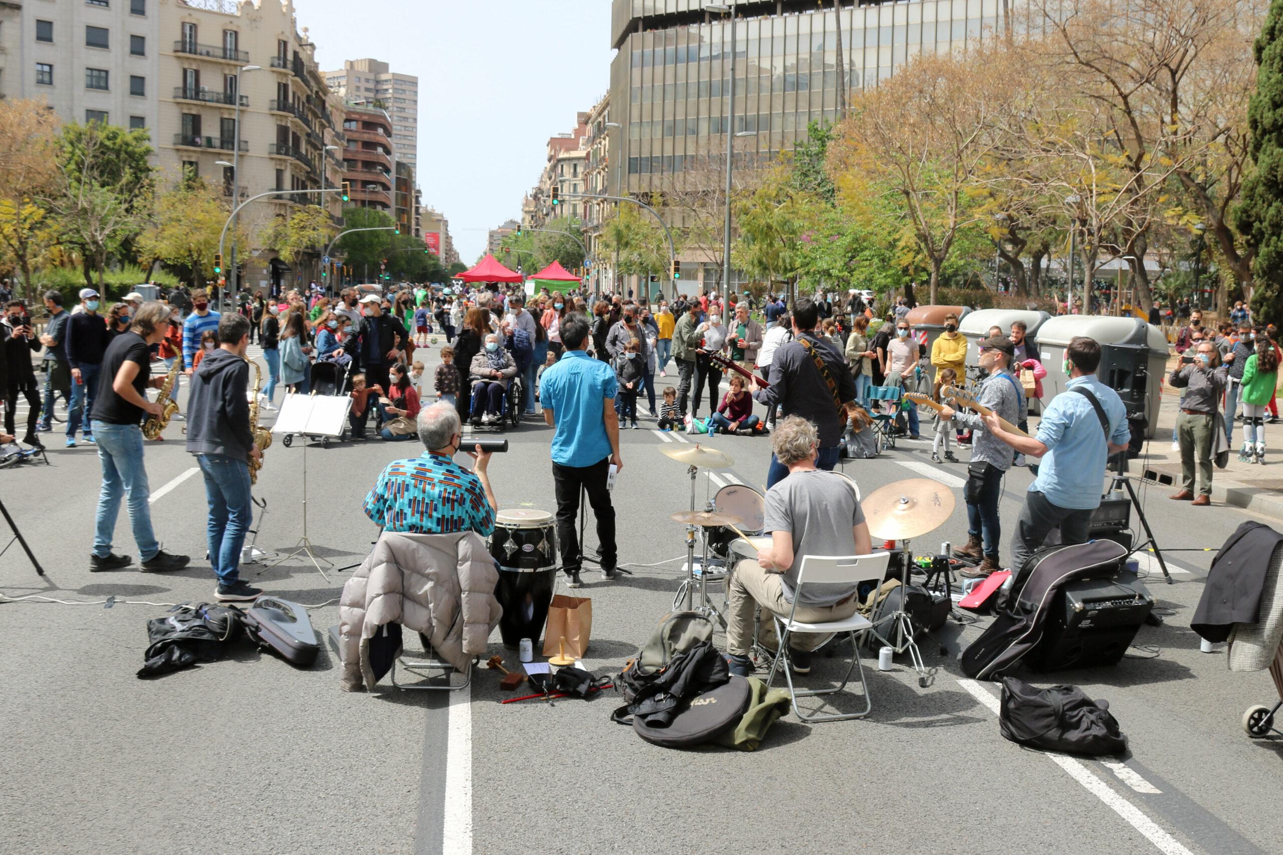 Actuació musical a la plaça Letamendi de Barcelona per tallar el carrer Aragó en el marc de la protesta 'Recuperem la Ciutat' / Miquel Codolar (ACN)
