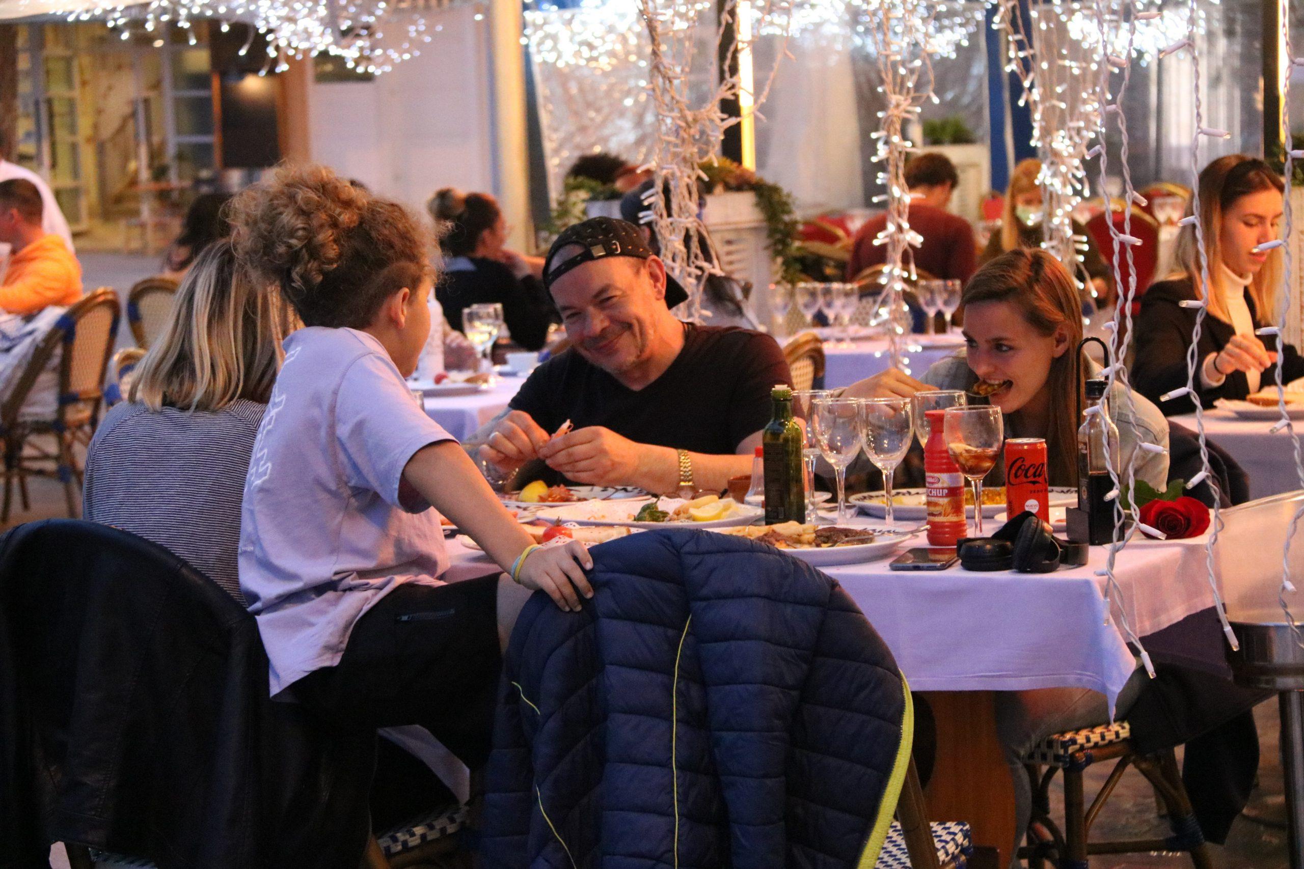 Una família dinant en un restaurant de la Barceloneta / ACN