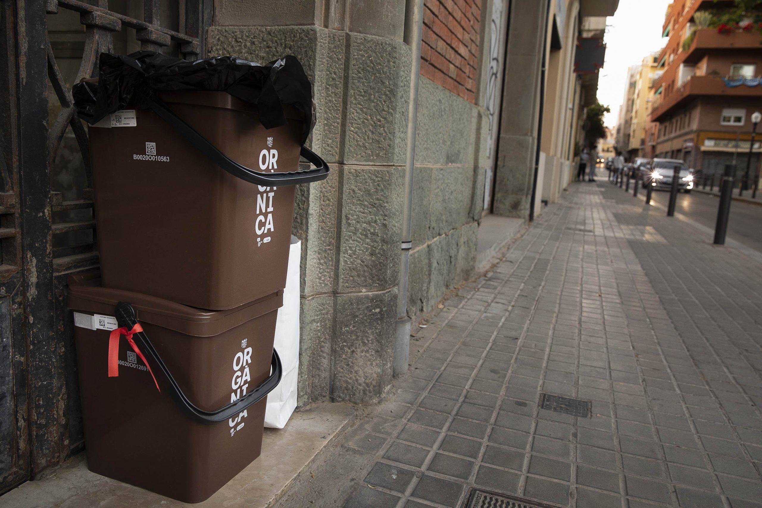 Cubells a un portal de Sant Andreu per complir amb el sistema porta a porta / Jordi Play
