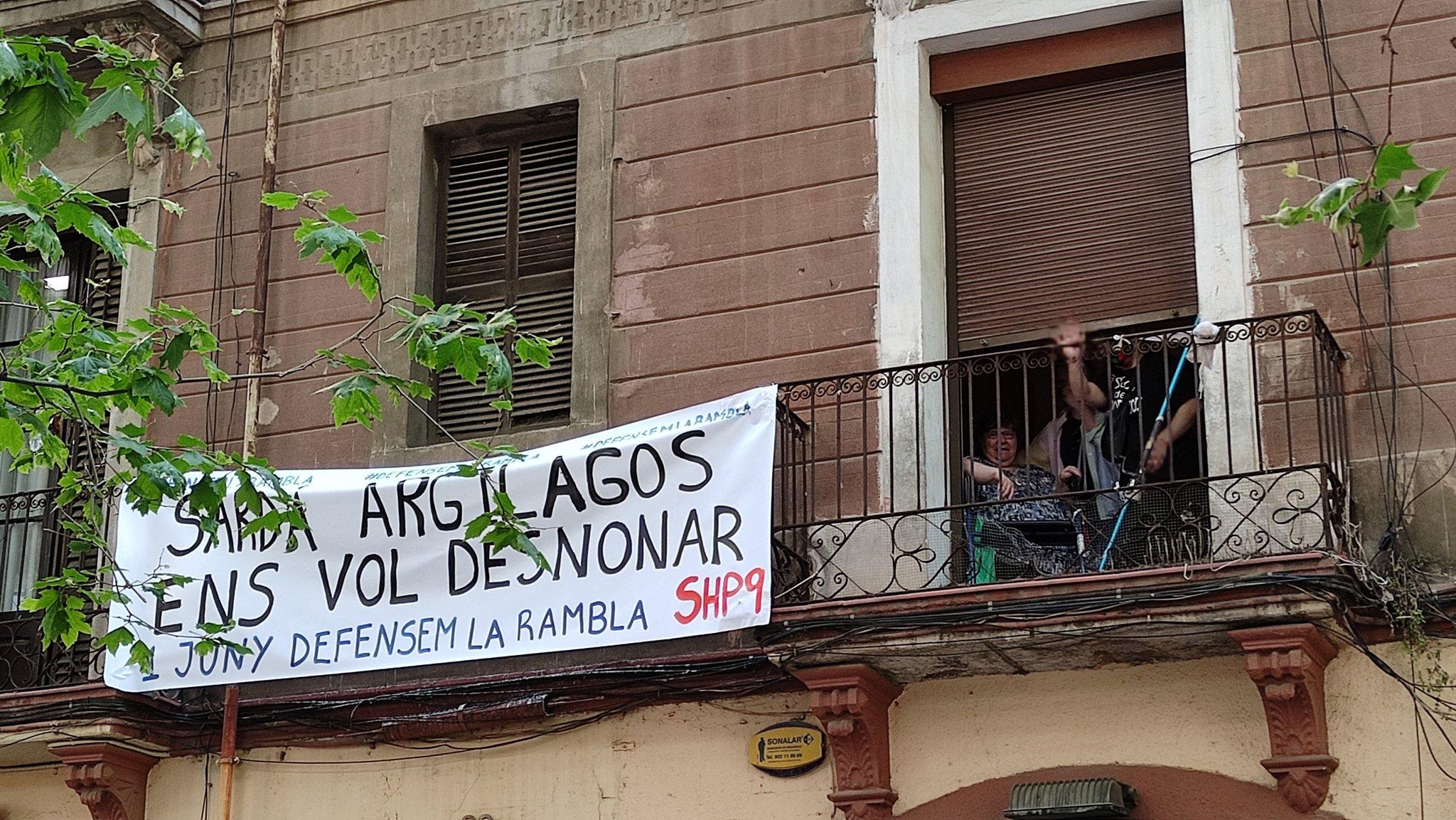 Activistes i veïns han anat a la rambla del Poblenou per evitar un desnonament / ElNus