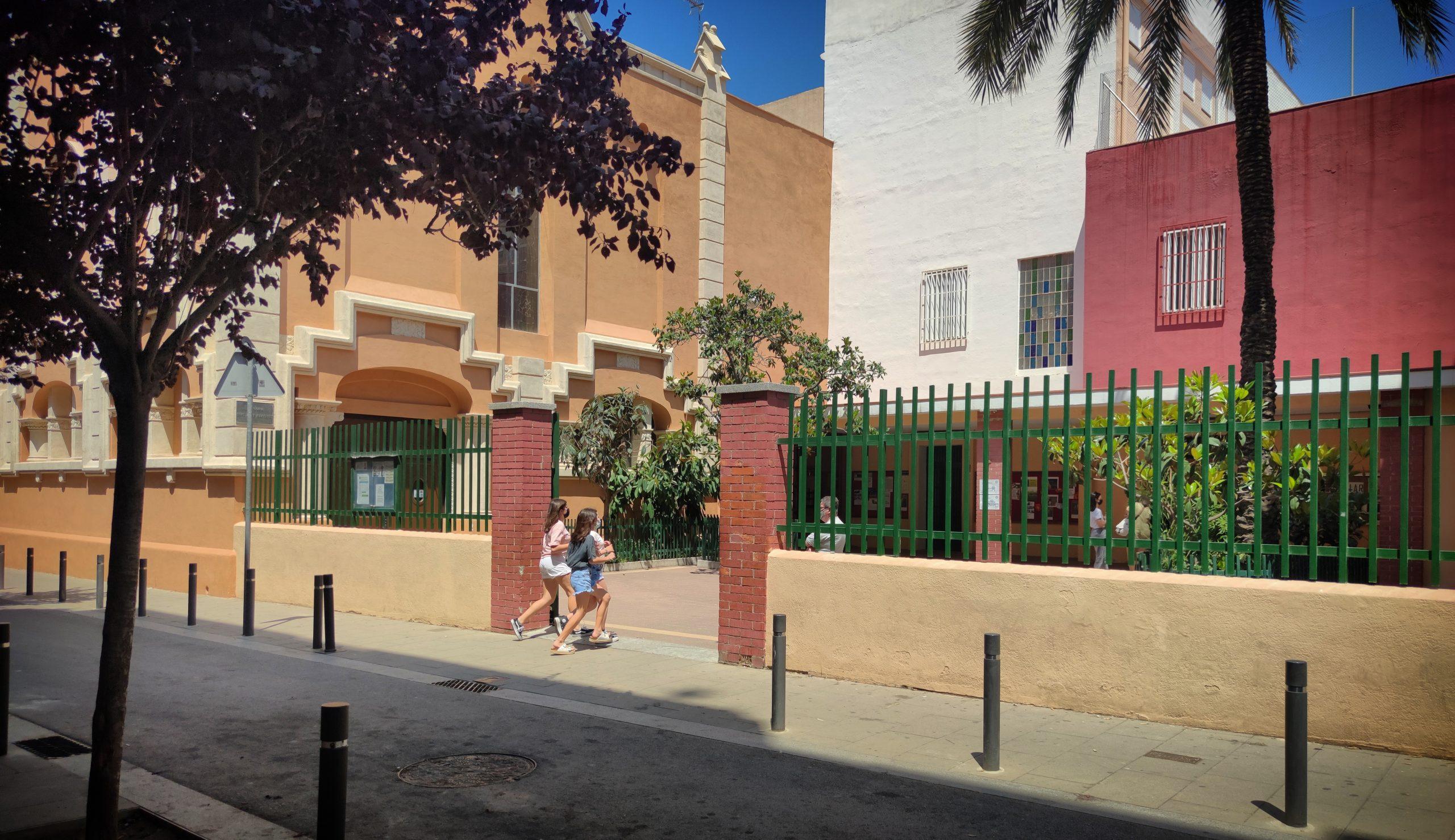 Imatge d'arxiu de dues estudiants entrant al Pare Manyanet de Sant Andreu / D.C.