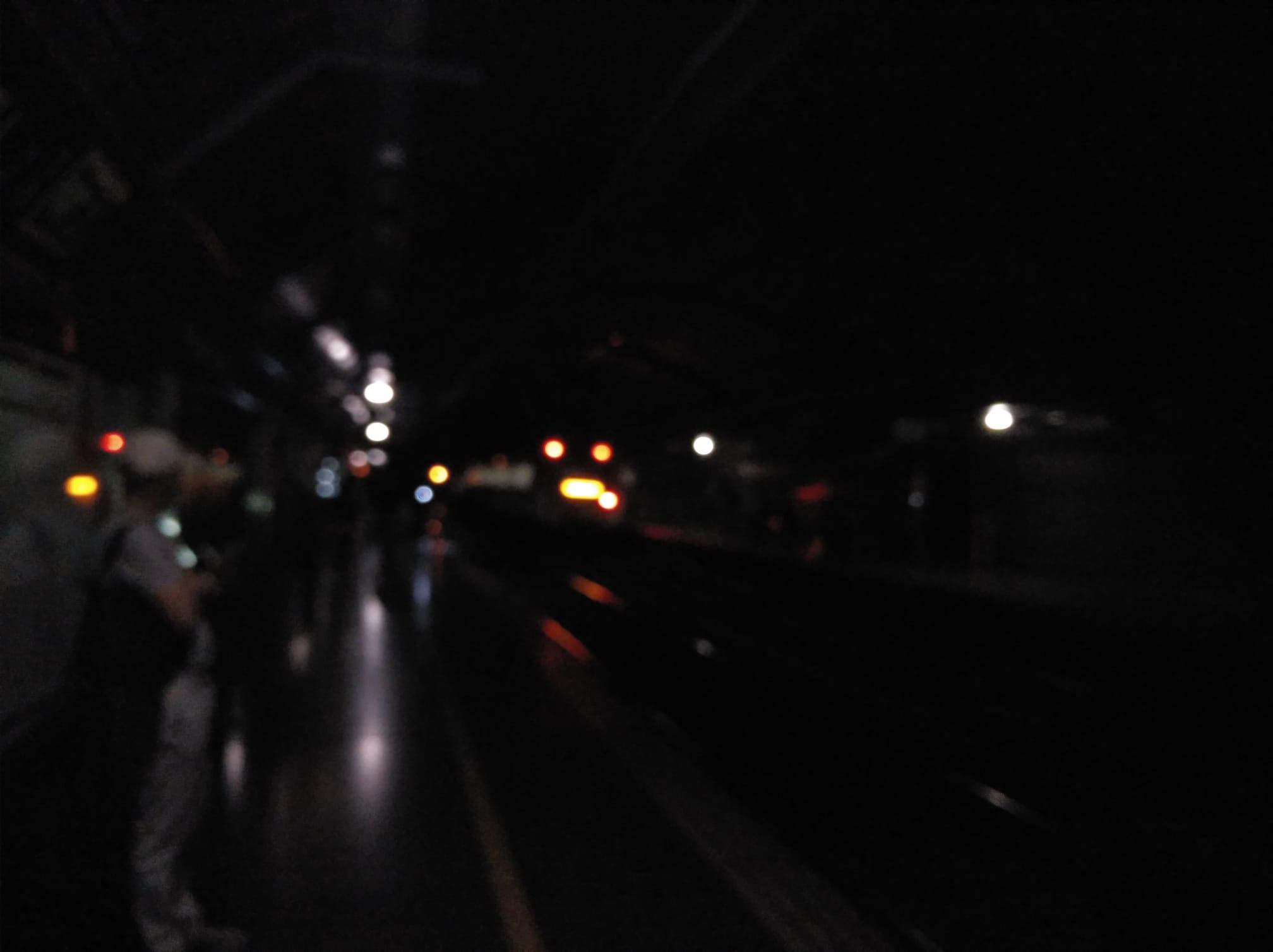 Un tren de Rodalies entrant a l'estació a les fosques / TOT Barcelona
