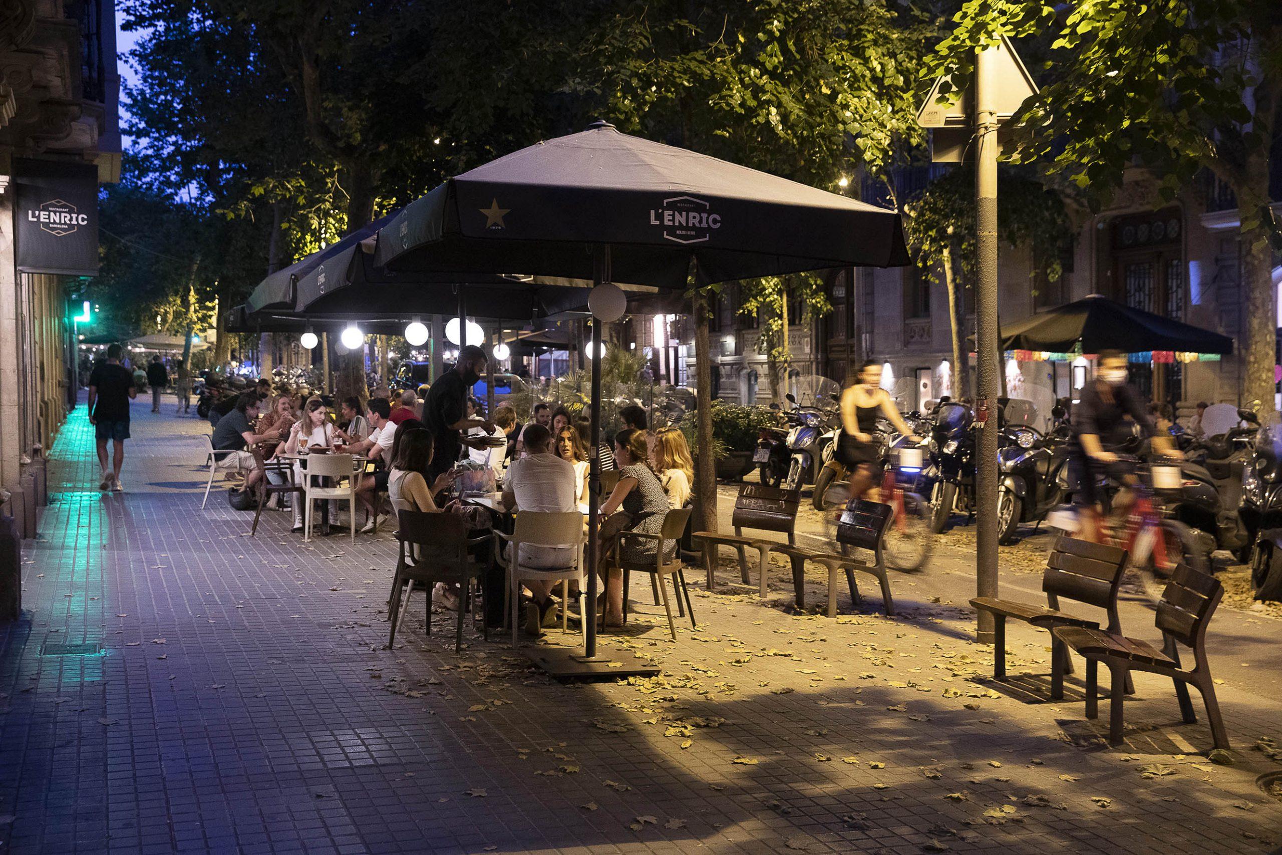 Queixes de veïns per la massificació i soroll de les terrasses a Enric Granados. Jordi Play