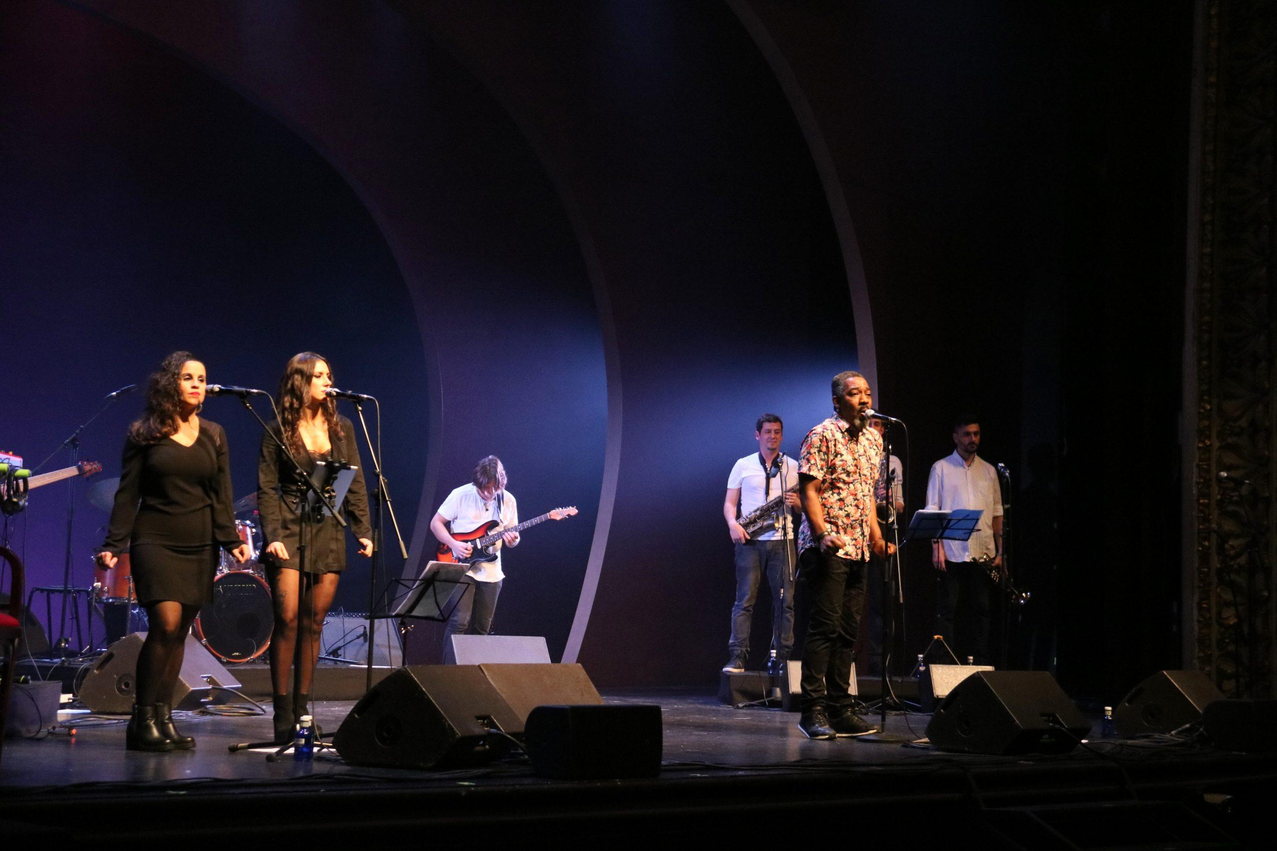 Clarence Bekker Band al Teatre Tívoli durant el concert de celebració dels 25 anys de Mas i Mas / ACN