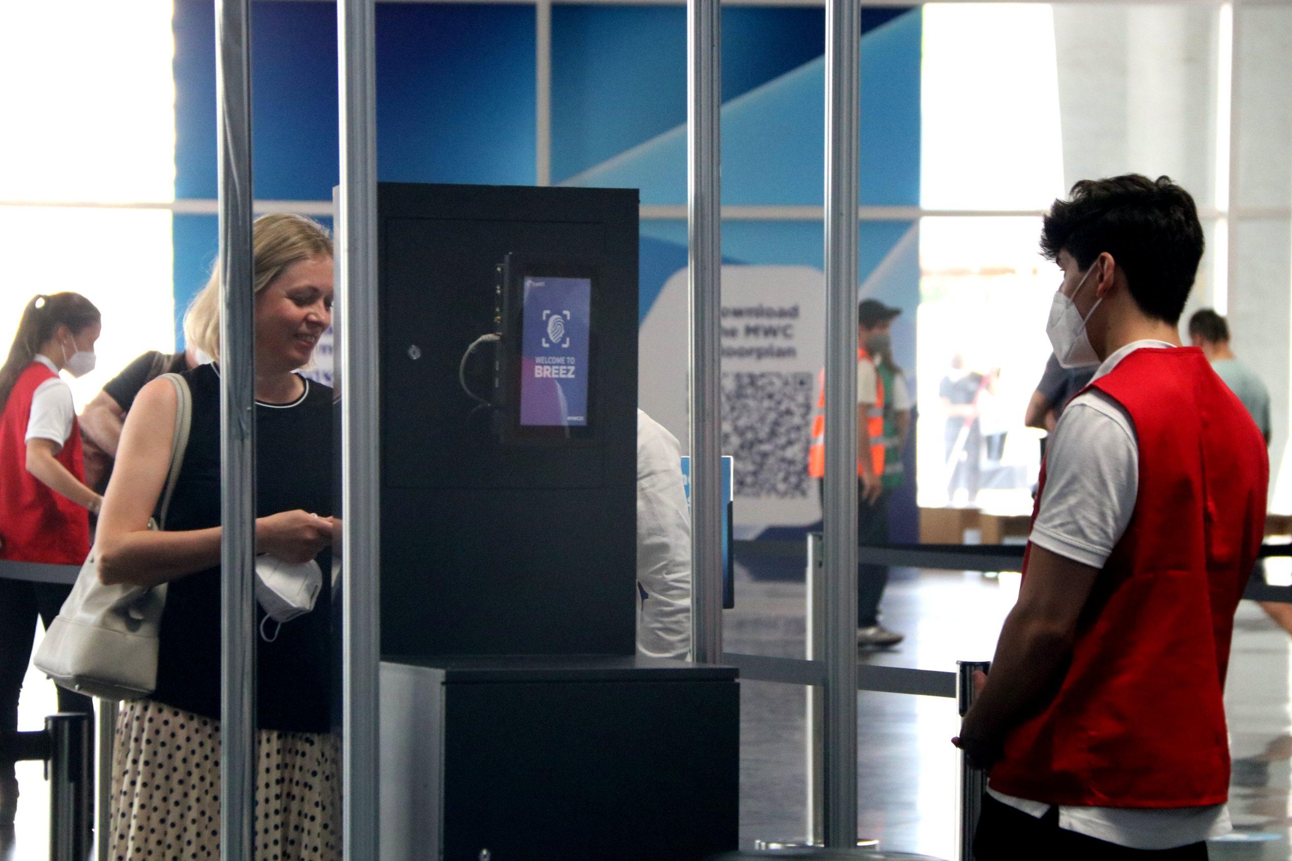Una assistent al MWC 2021 accedint al congrés / ACN