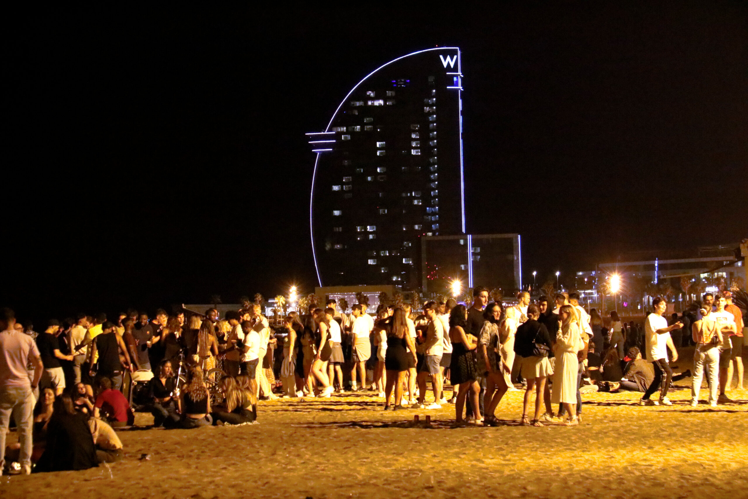 Primera nit de toc de queda, centenars de persones a la platja ACN