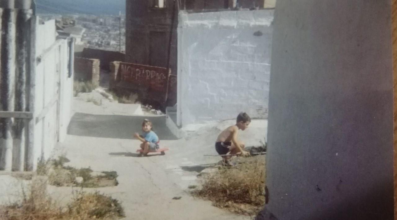 Un nen i una nena juguen a la zona de les barraques, l'any 1986 / Cedida per Ivan Patrici Navarro