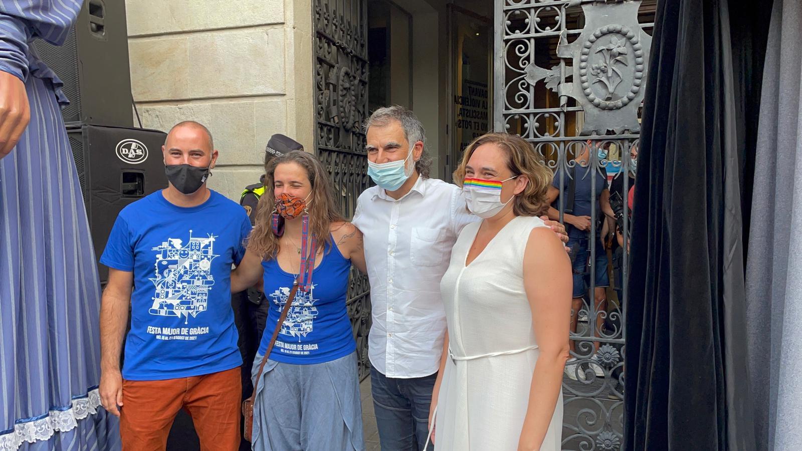 El president d'Òmnium, Jordi Cuixart, junt a l'alcaldessa Ada Colau / Edorta Moreno