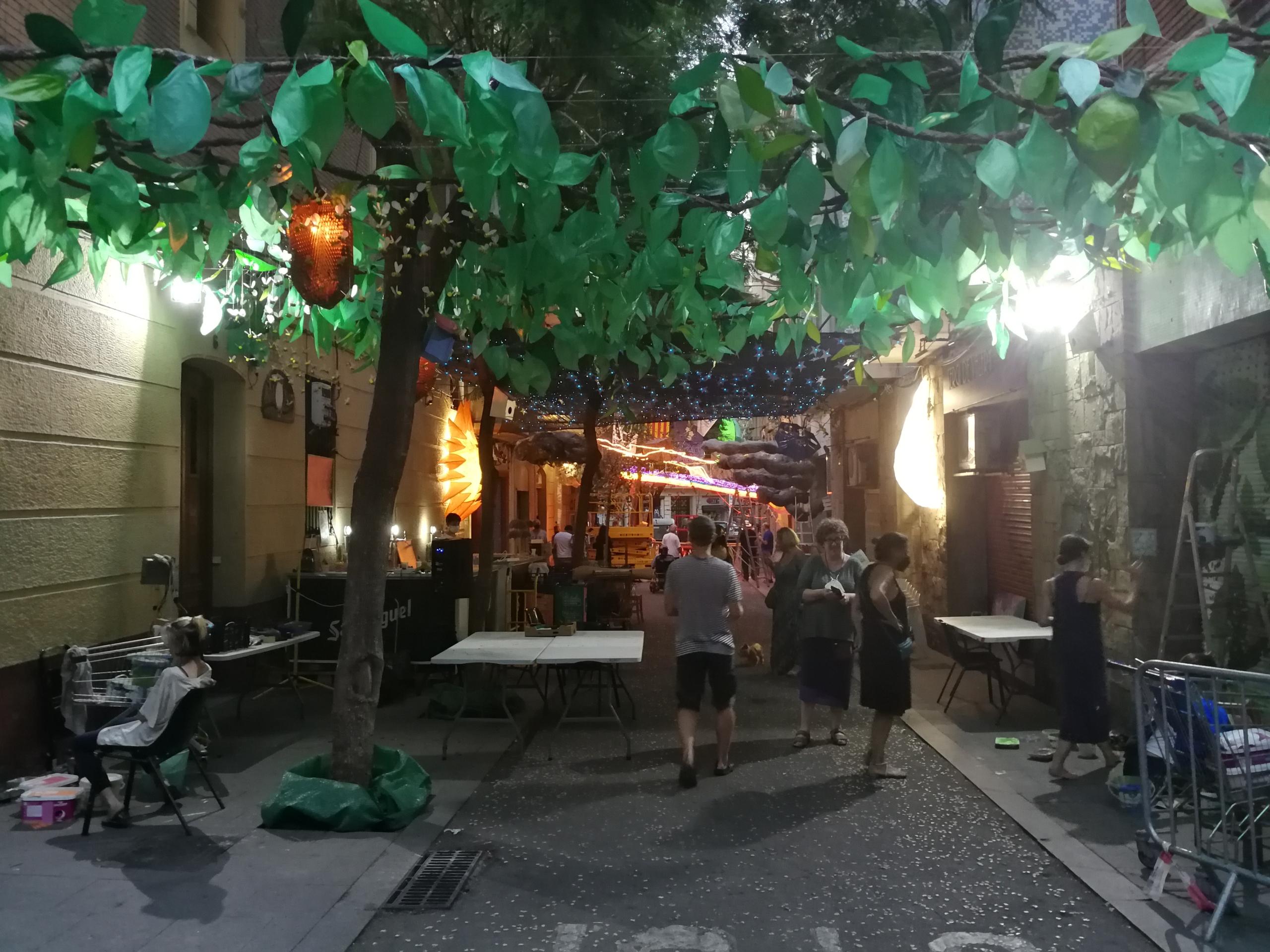 Veïns acabant de decorar anit el carrer Joan Blanques de Baix de Tot, a Gràcia / JR
