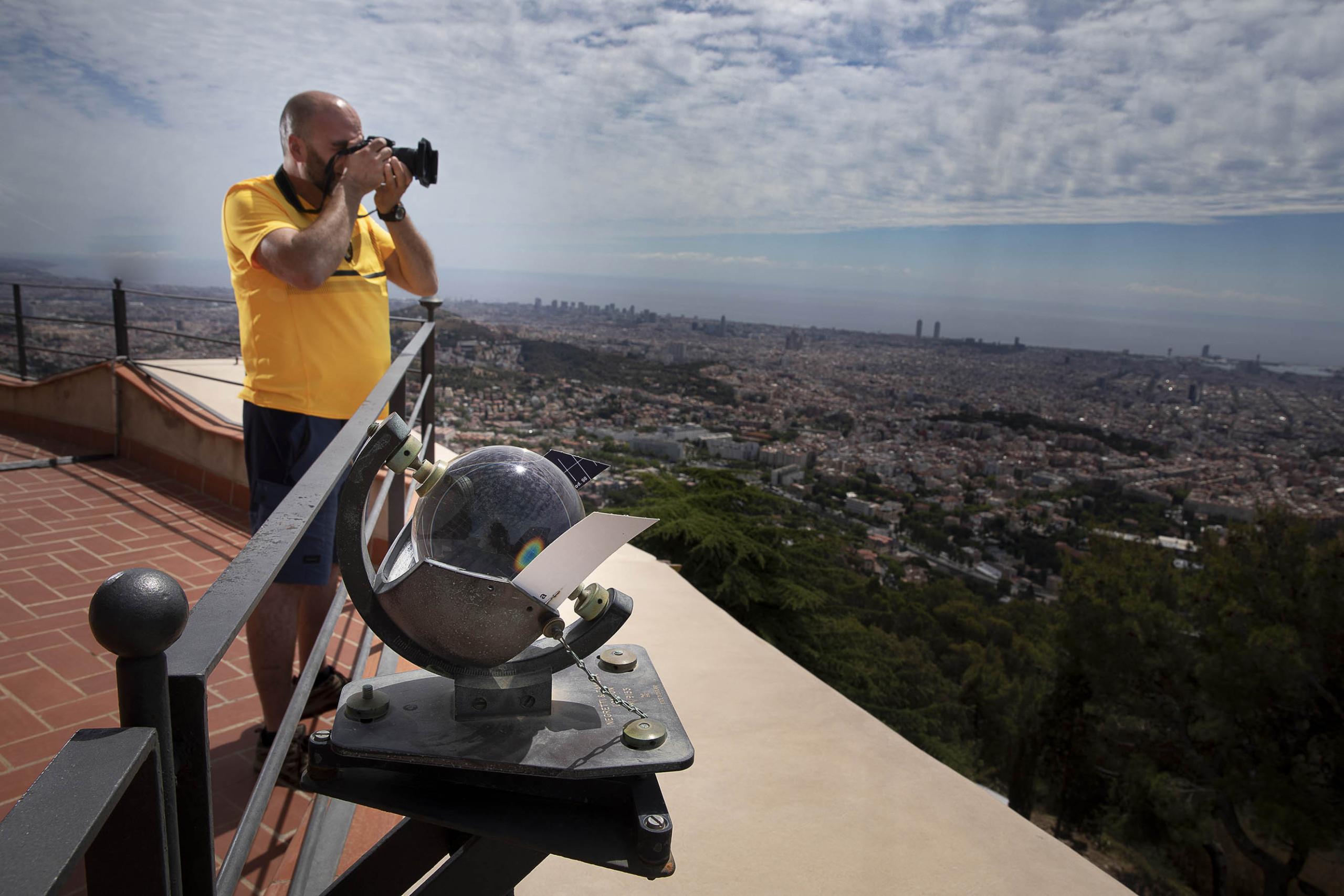 El meteoròleg Alfons Puertas, a la terrassa de l'Observatori Fabra / Jordi Play