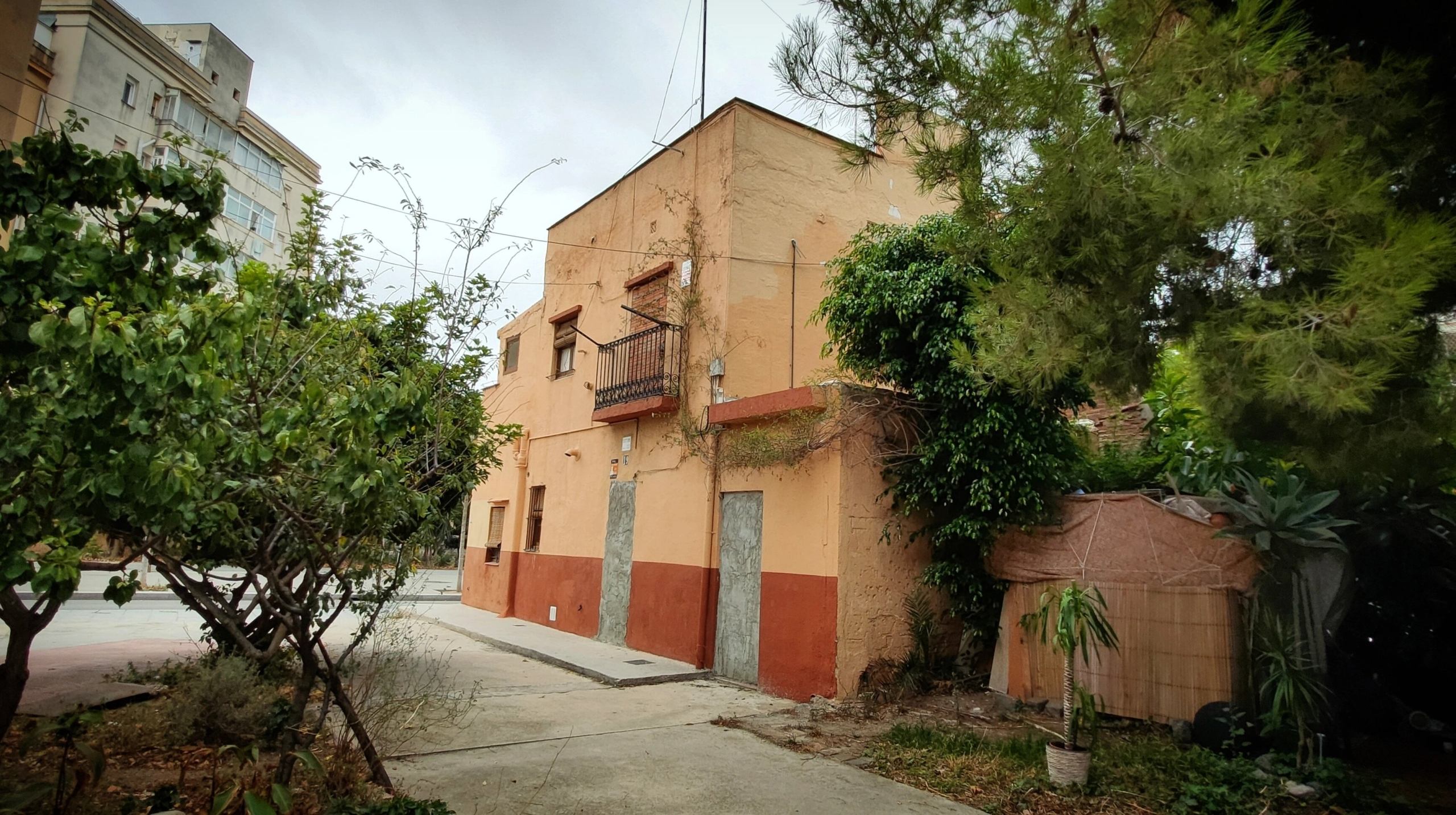 La caseta taronja de la rambla del Poblenou, tapiada i amb la barraca enganxada al costat / D.C.