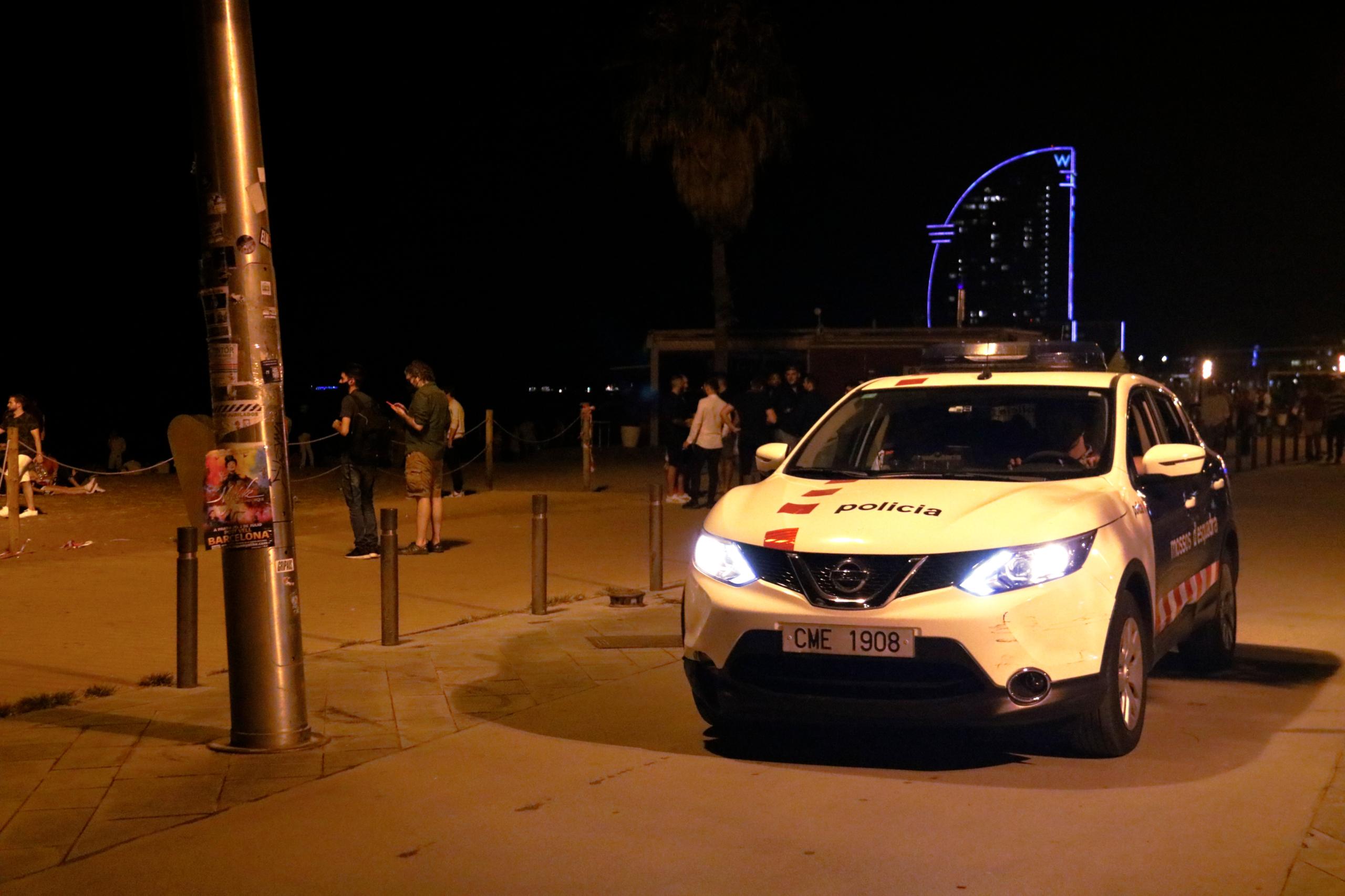 Un cotxe dels Mossos patrulla per la Barceloneta  / Blanca Blay / ACN