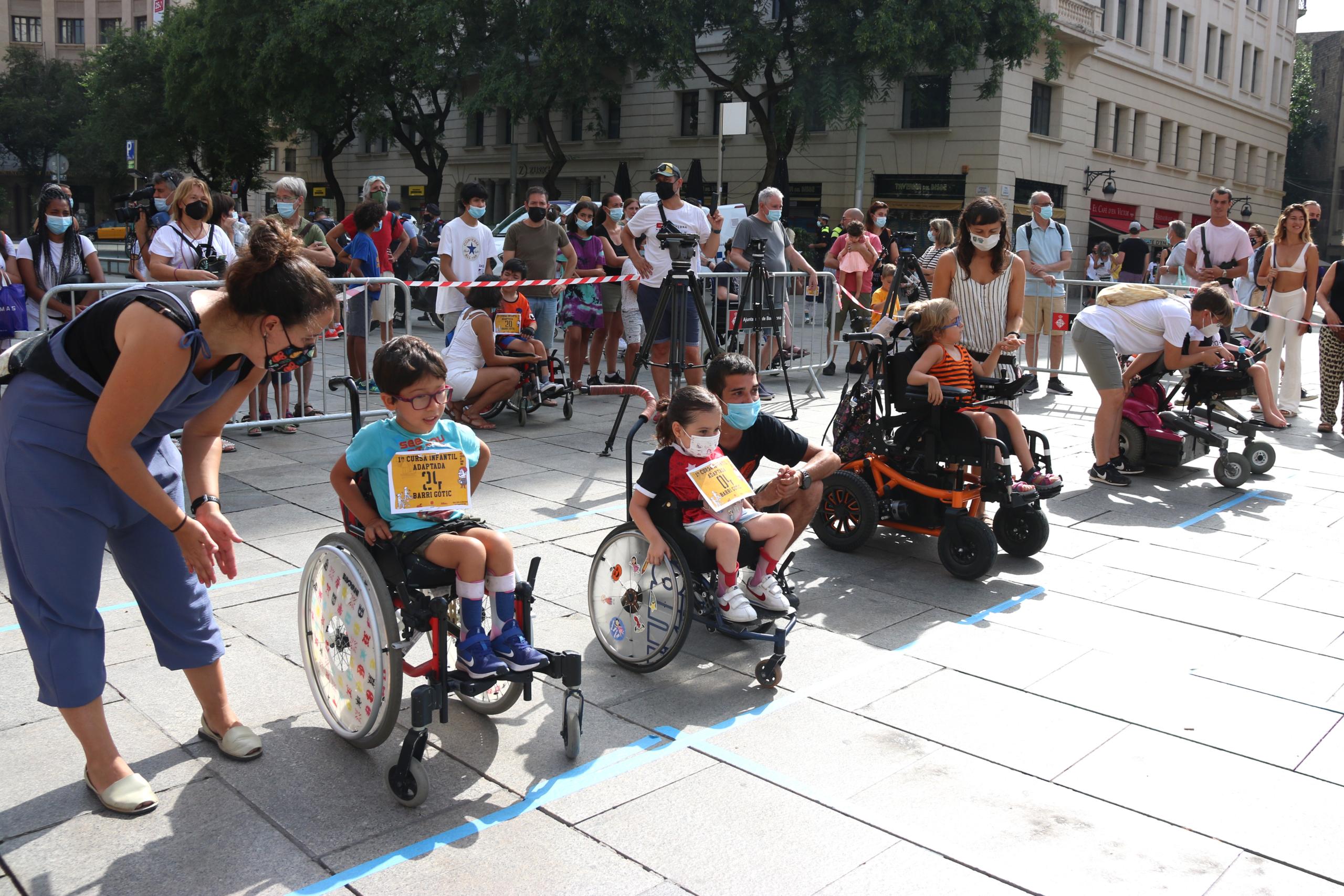 Infants participants en la cursa adaptada organitzada al Gòtic / Carola López / ACN