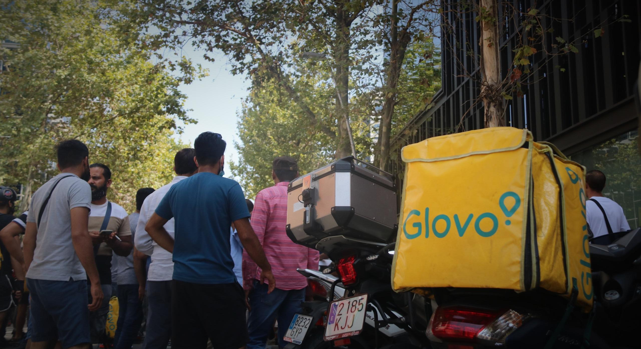 Els repartidors de Glovo en una protesta, al Poblenou / Albert Cadanet (ACN)