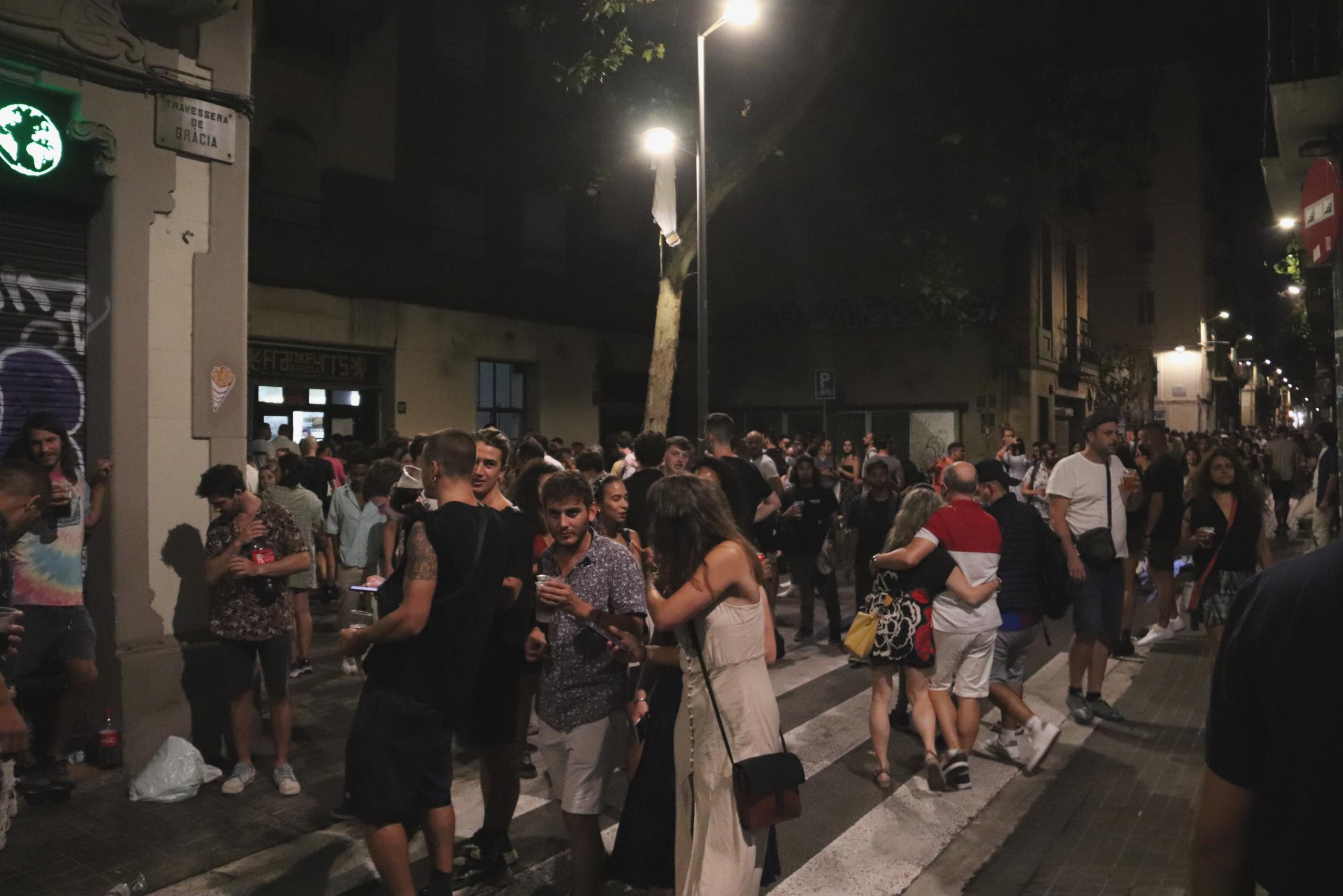 Gent concentrada a un carrer de Gràcia després d'aixecar-se el toc de queda / Maria Asmarat / ACN