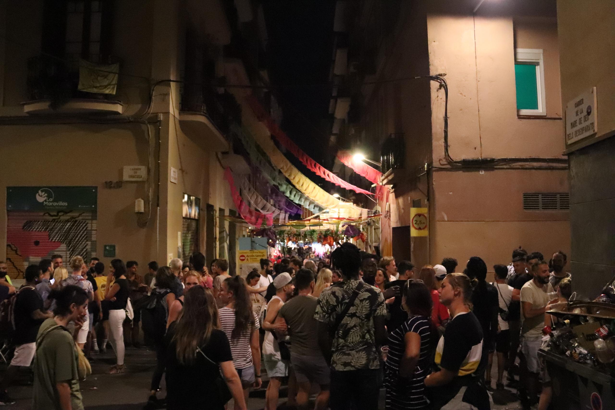 Gent agrupada a Gràcia durant la Festa Major / Maria Asmarat / ACN