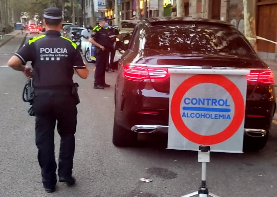 Agents aturant un vehicle en un control d'alcoholèmia / GUB