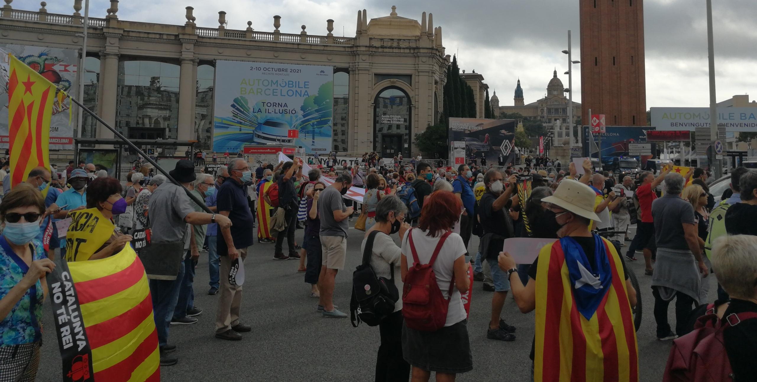 Manifestants tallen la plaça Espanya contra la presència del rei a Barcelona / JR