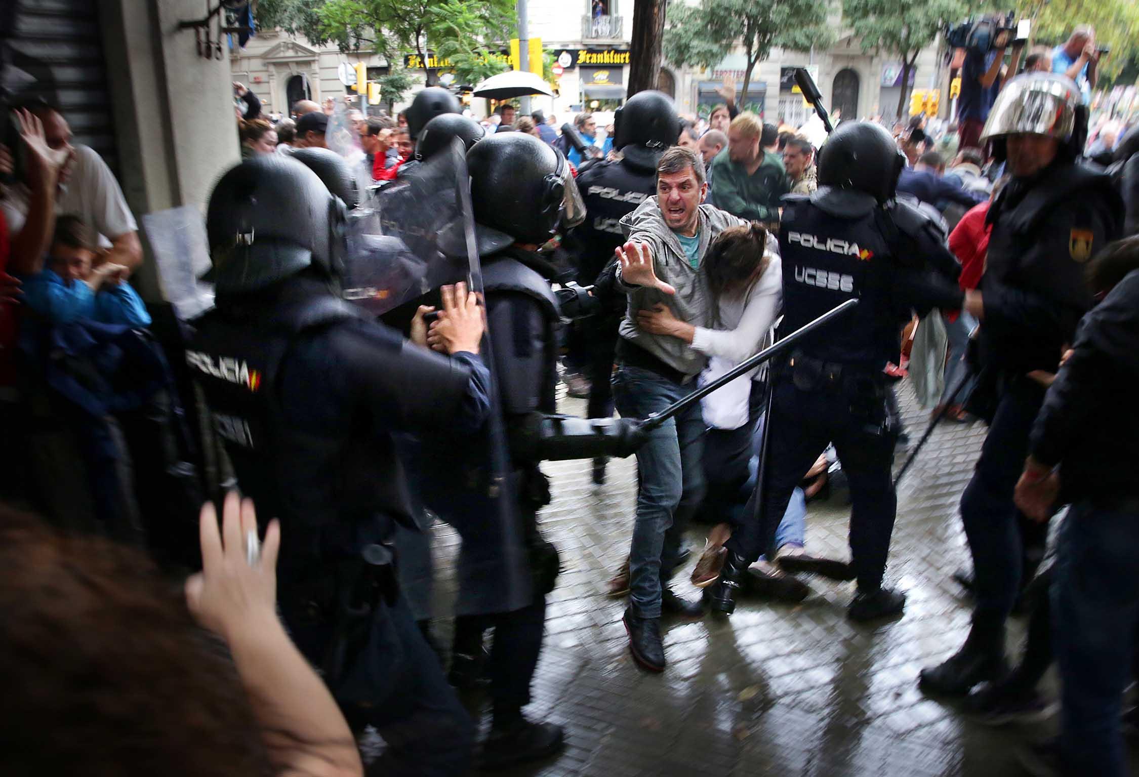 Policies espanyols agredint votants de l'-1O a l'escola Ramon Llull de Barcelona / Jordi Play