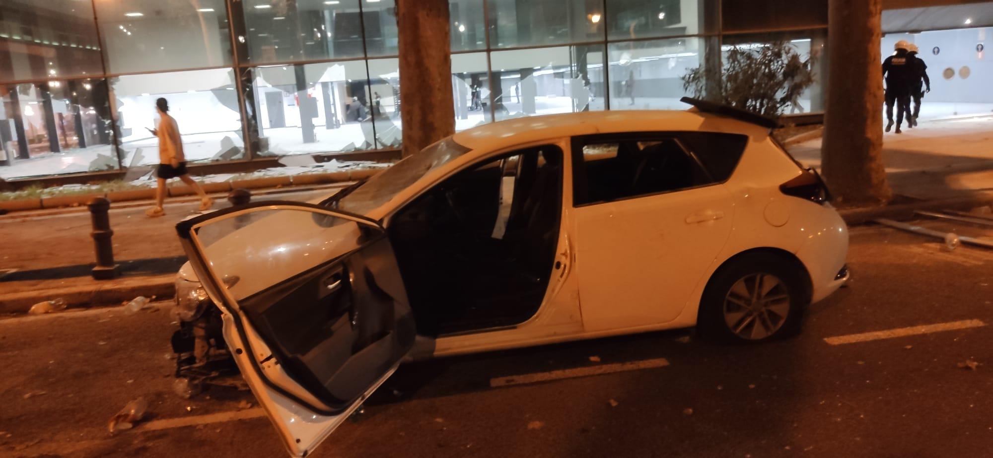 Cotxe destrossat i vidres trencats al Palau de Congressos, aquesta matinada / CSIF