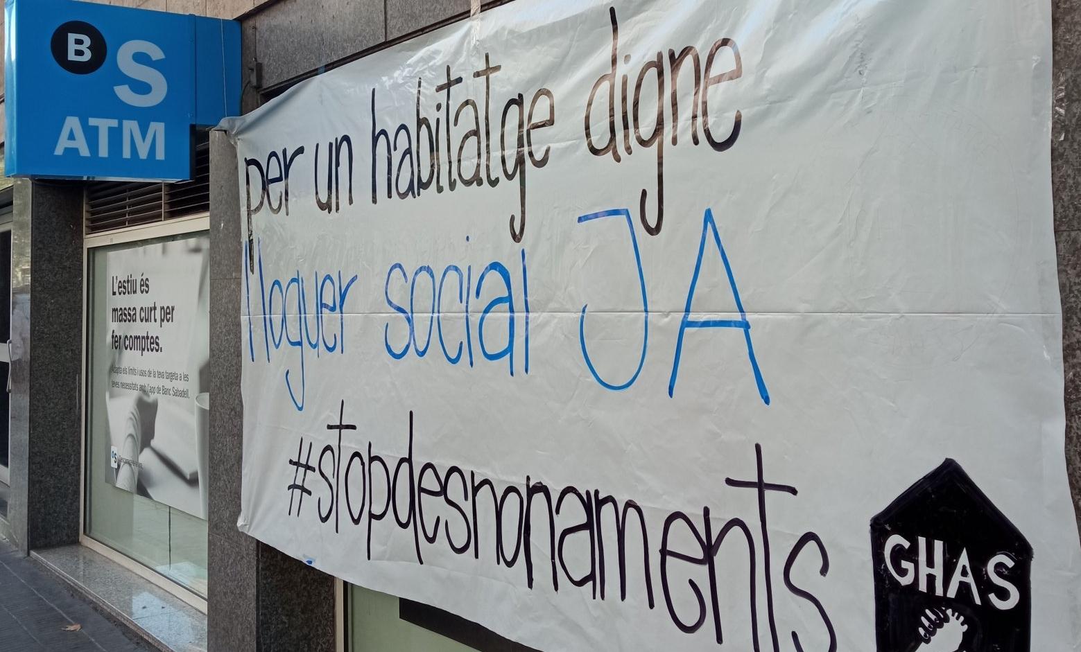 Pancarta penjada a l'oficina del Sabadell ocupada per activistes de Sants / GHS