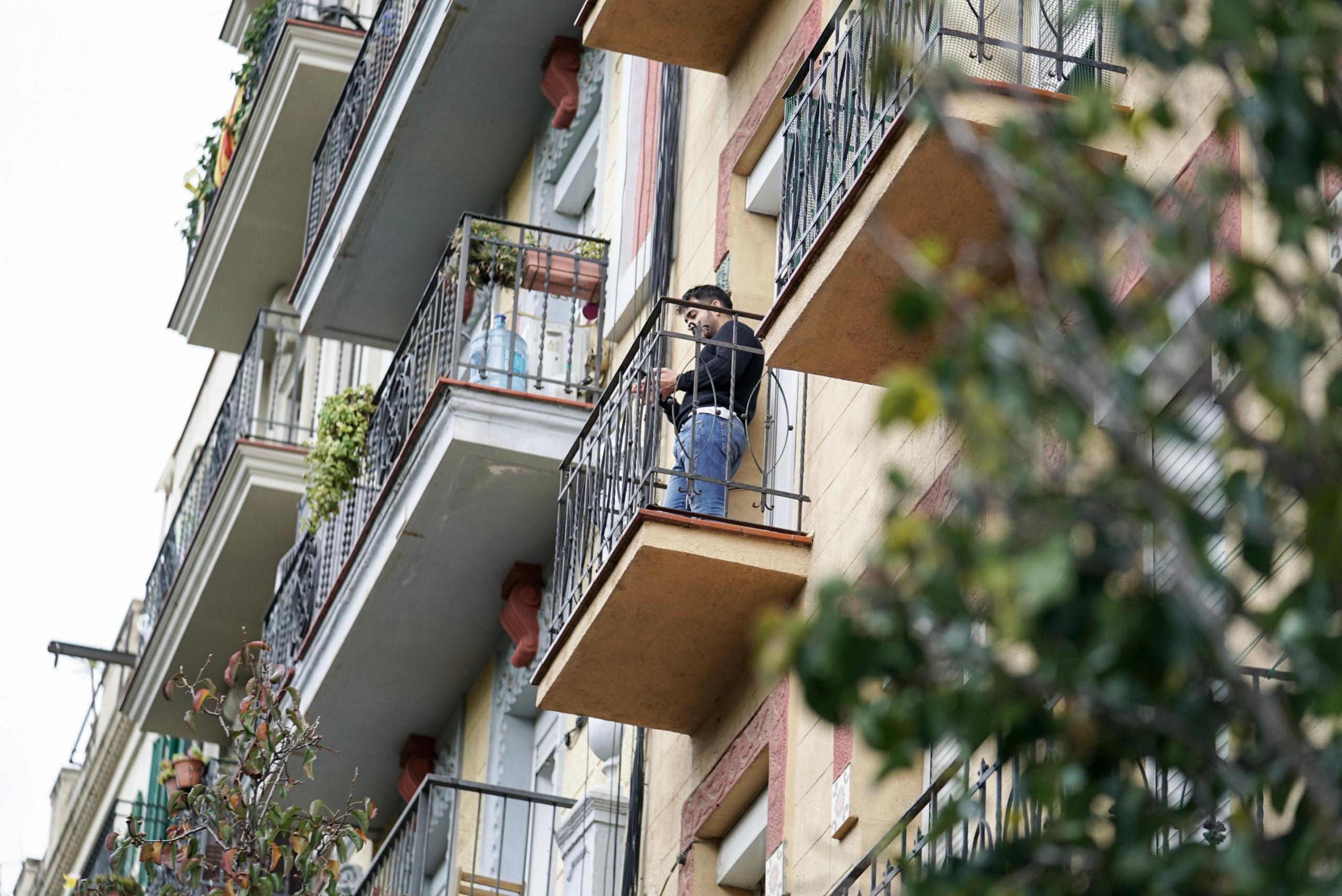 Imatge d'arxiu d'una persona al balcó d'un pis, a Barcelona / Ajuntament