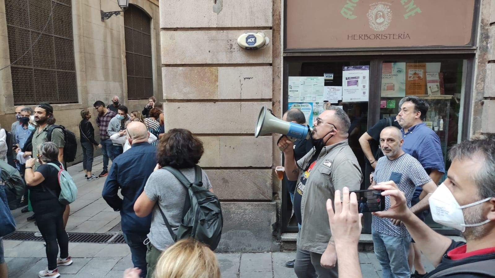 Uns quants manifestants protesten amb megàfons i xiulets a prop de Sant Jaume / Europa Press