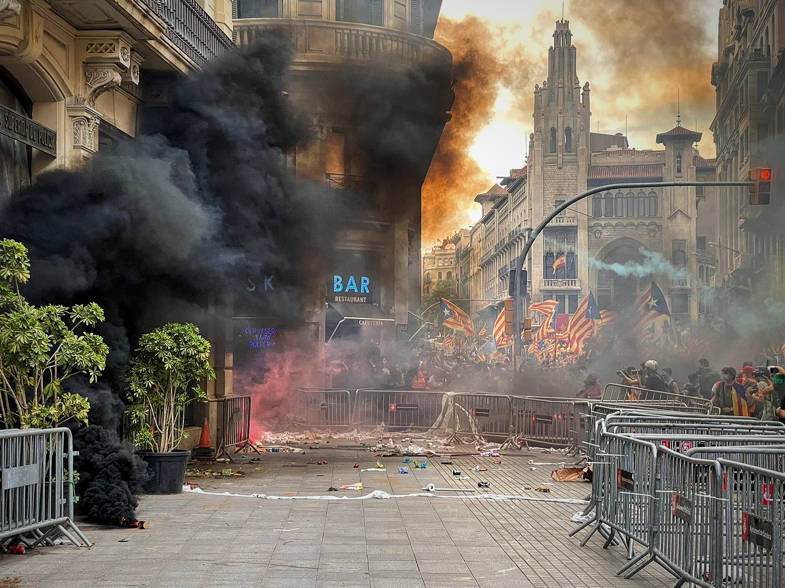 La Prefectura Superior de la Policia Nacional, ahir, mentre li llançaven pots de fum / Quico Sallés