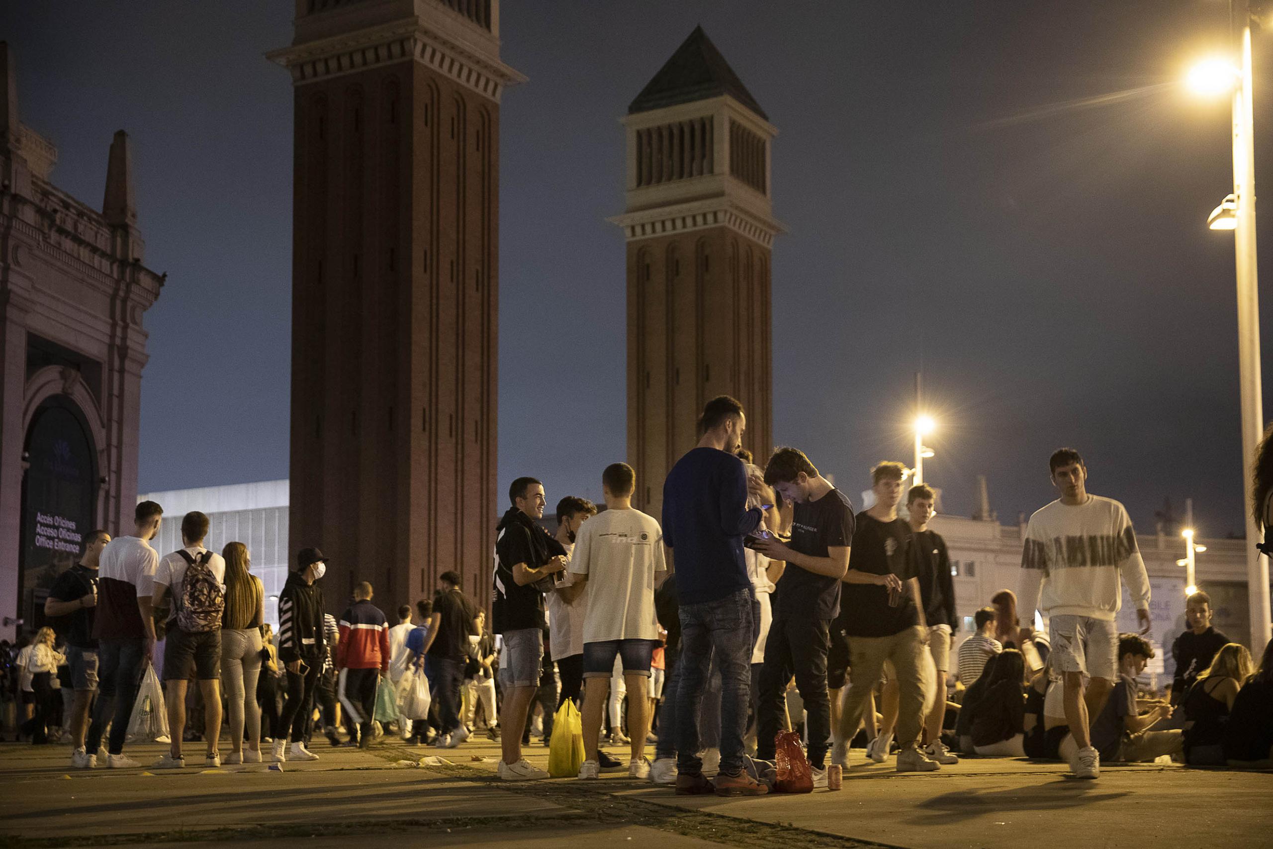 Botellot durant la Mercè de 2021 a la plaça Espanya / Jordi Play