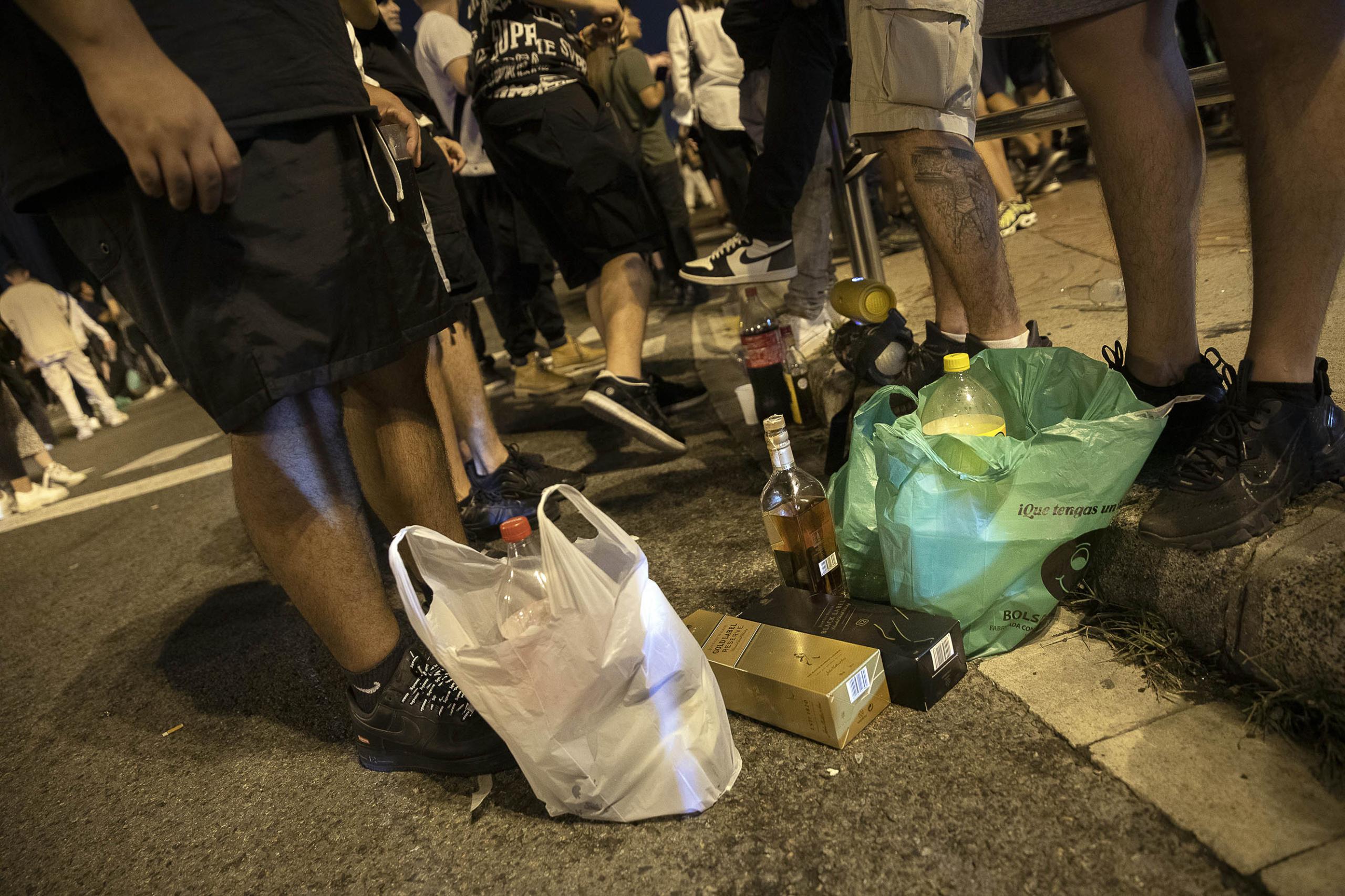 Begudes alcohòliques al macrobotellot de l'avinguda Maria Cristina, aquest dissabte / Jordi Play