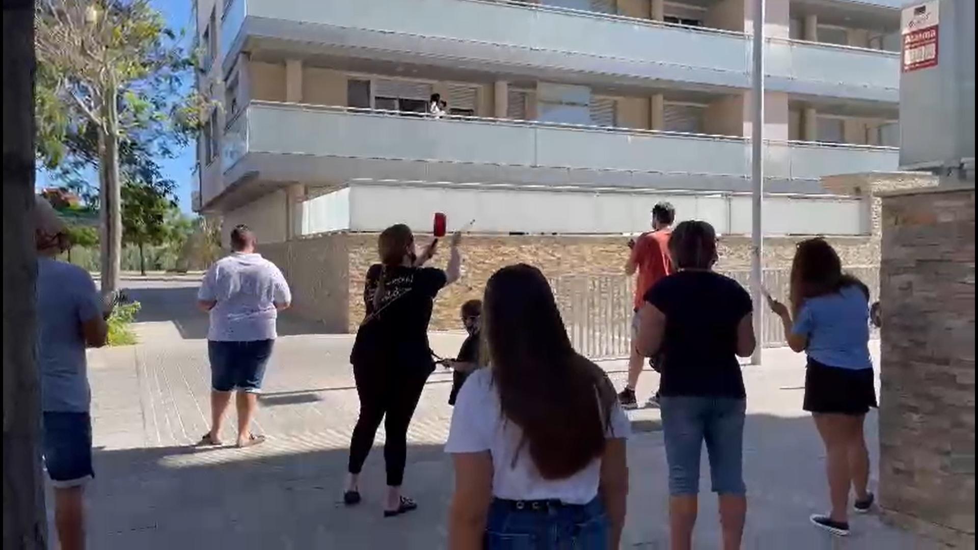 Protesta recent contra els pisos turístics, al barri de la Catalana, a Sant Adrià de Besòs / Cedida