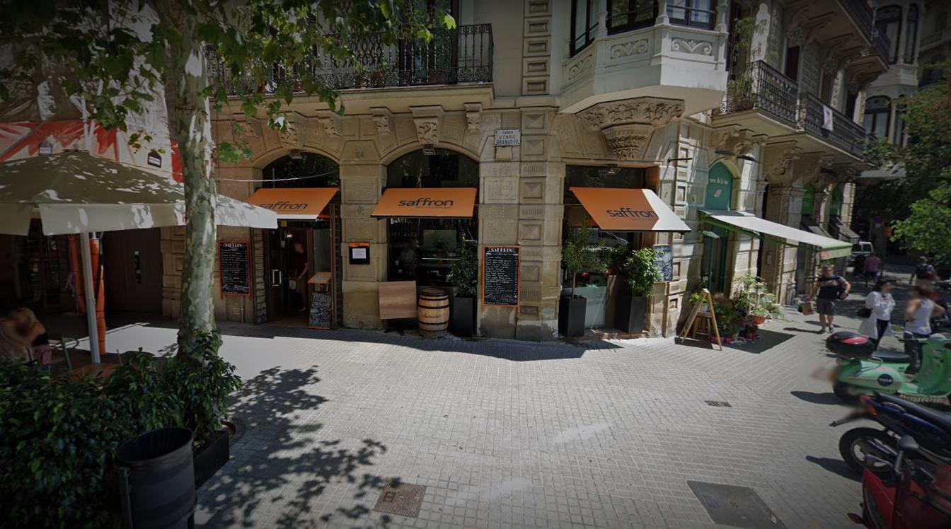 El bar Saffron que l'Ajuntament ordena tancar per una taula a la façana / Google Maps