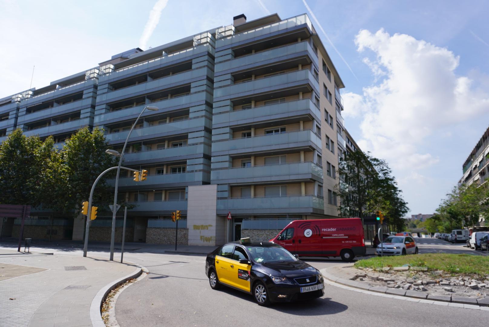 El bloc d'habitatges que acumula 22 pisos turístics, al barri de la Catalana, a Sant Adrià de Besòs / JR