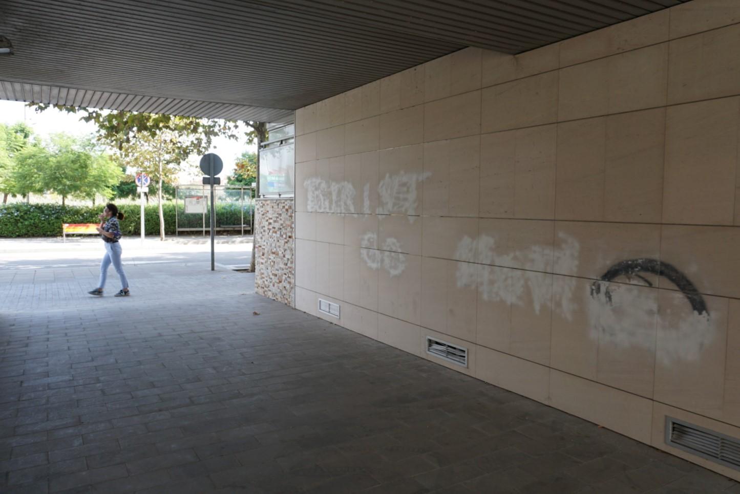 Pintada esborrada contra els turistes a l'edifici amb una escala sencera de pisos turístics, al barri de la Catalana, a Sant Adrià de Besòs / JR