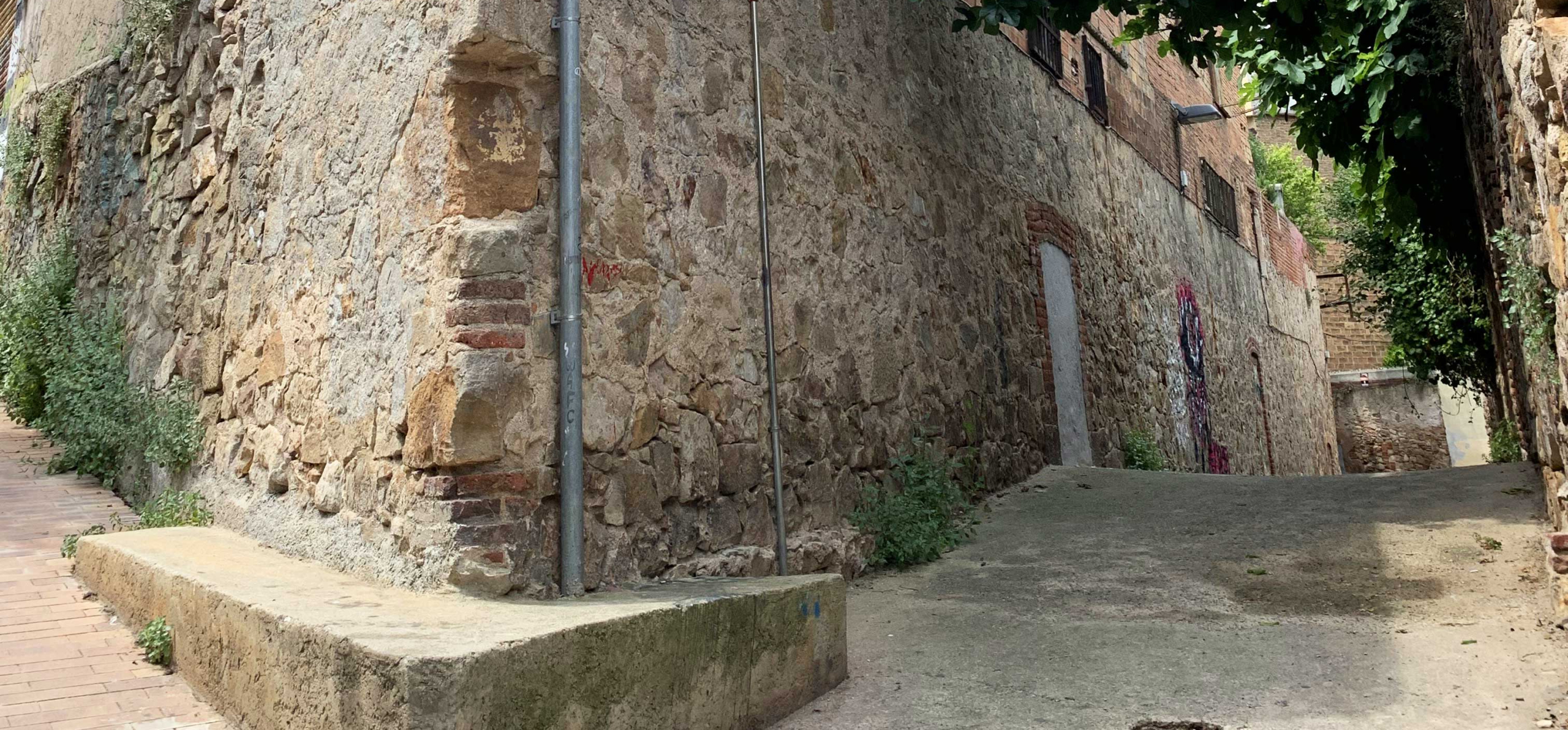 L'antic camí de València, al Poble-sec, on s'ha enderrocat un mur medieval / @Bcnsingular