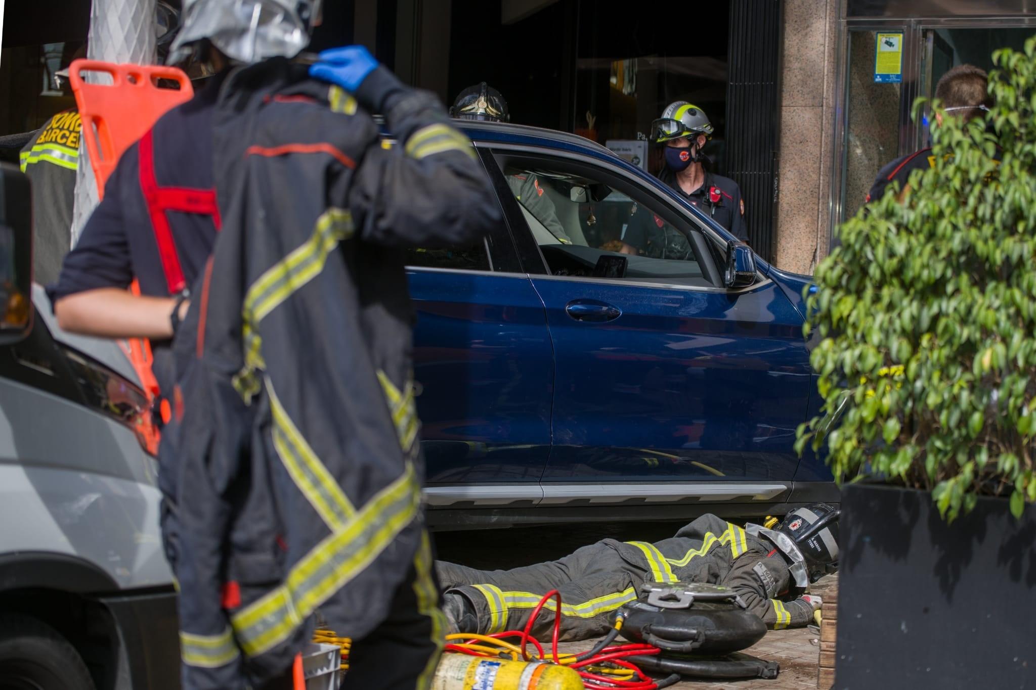 Els bombers revisen el cotxe que ha envestit una terrassa a l'Eixample / Europa Press