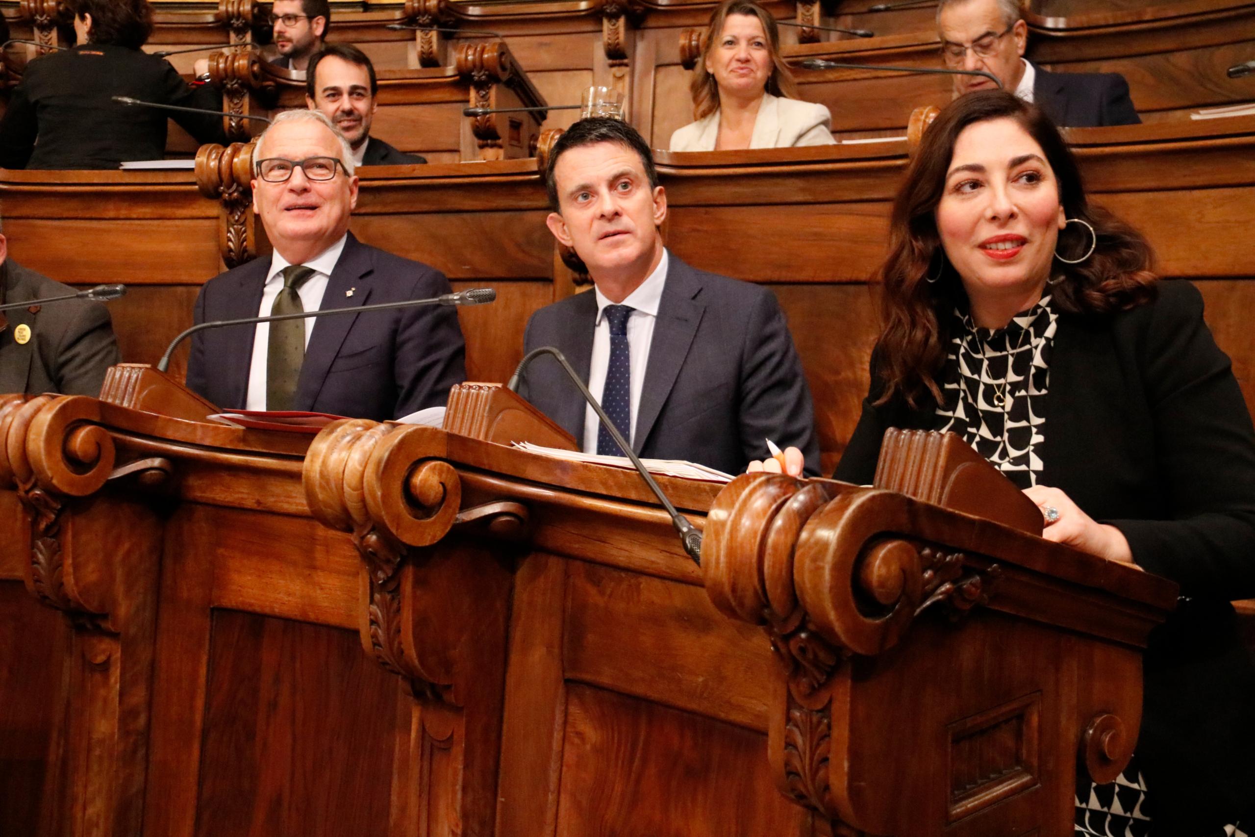 Els regidors Josep Bou (PP), Manuel Valls (Barcelona pel Canvi) i Luz Guilarte (Cs) abans d'un ple / ACN