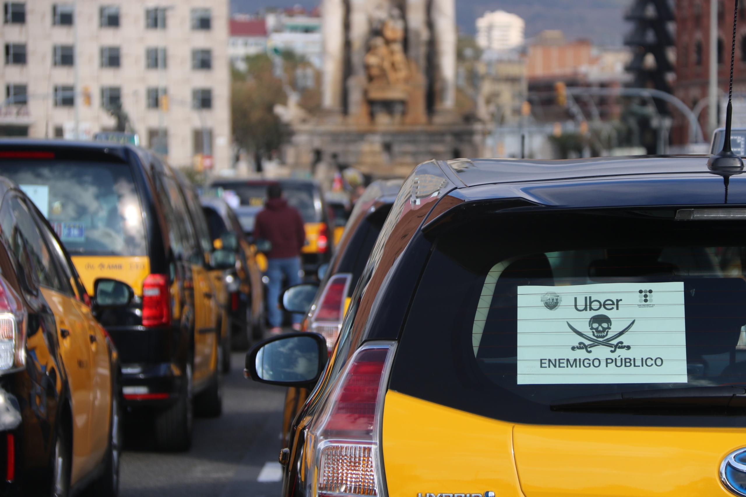 Un taxi amb un cartell on es pot llegir